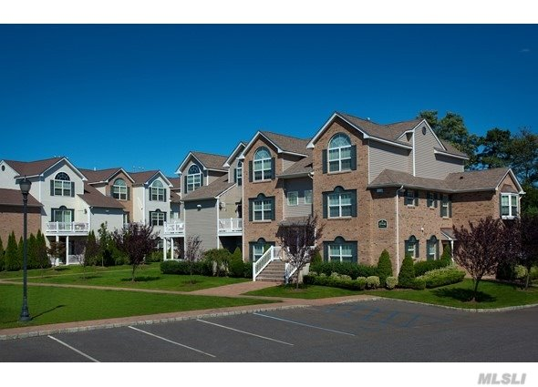 Rental Townhouse Community.2 & 3 Bedroom, 2 Bath, Ranch & Duplex Style Residences.Includes Gourmet Kitchens W/ Stainless Steel Appl. & Designer Baths.Residents Enjoy Use Of The Community Clubhouse Featuring A Swimming Pool & Fitness Center.Pet Ok Minutes Away From All Major Transportation.