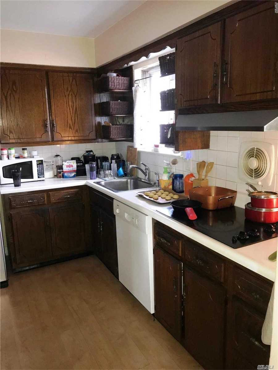 Spacious Second Floor Apartment In A Legal 2 Family House, Featuring Eat In Kitchen, Living Room/Dining Room Combo, 3 Bedrooms, Full Bath And A Deck. Conveniently Located To Hicksville Train Station. Close To Broadway Mall, Shops And Restaurants.