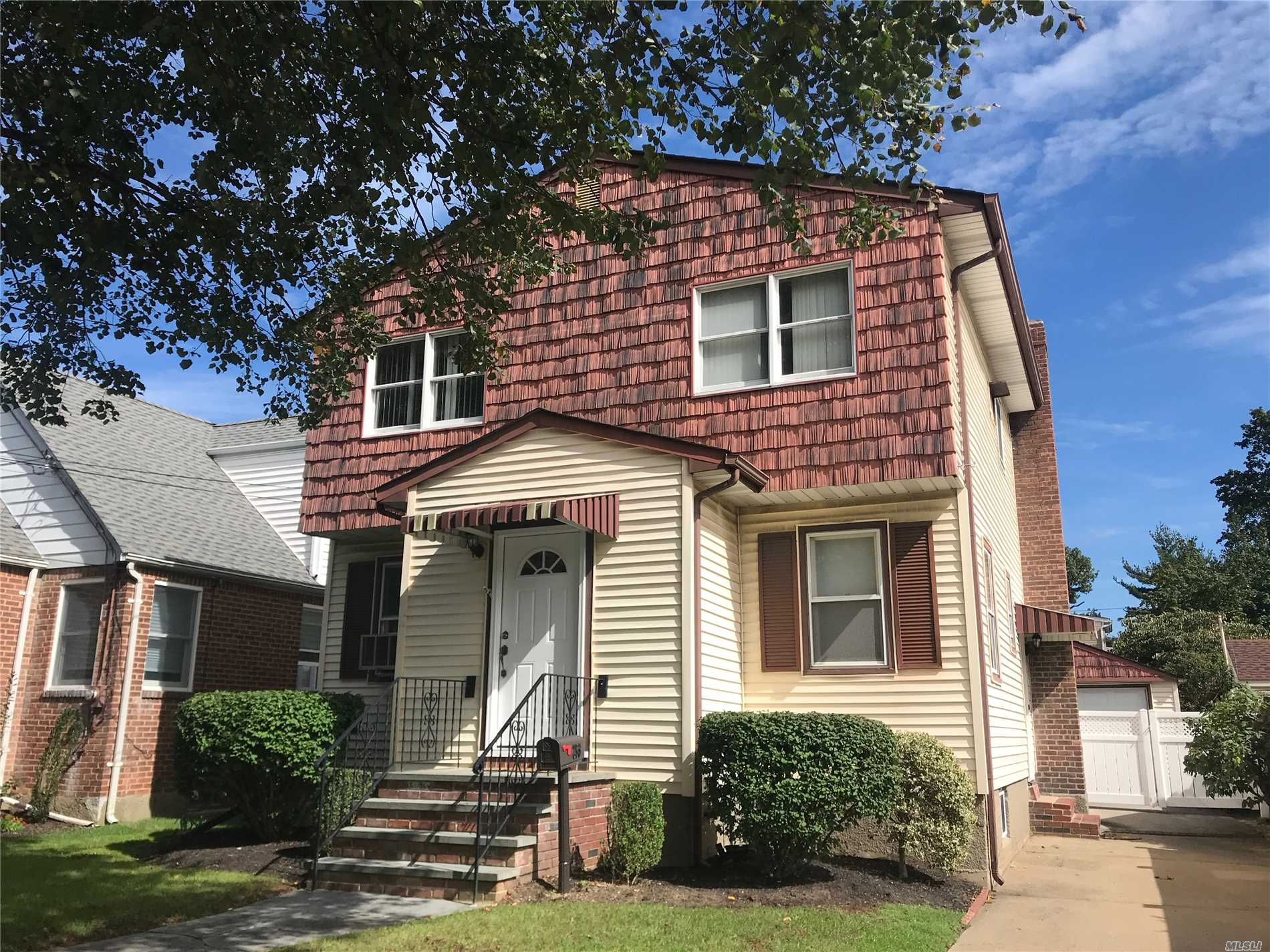 Classic Colonial In The Heart Of Franklin Square! This Home Boasts 4 Bedrooms, 2 Baths W/ A Large Eat In Kitchen, Full Dining Room And Living Room. A Full Finished Basement W/Ose Has Large Closets For Storage, Utility Room & Laundry Room. Room For Everyone Upstairs, 2 Large Bedrooms, And A Spacious Master W/Large Wic. Shiny Hardwood Floors Throughout The Open Main Floor. Loads Of Closet Space. Close Proximity To Parks, Schools And Transportation. Low Taxes! This Home Has It All!