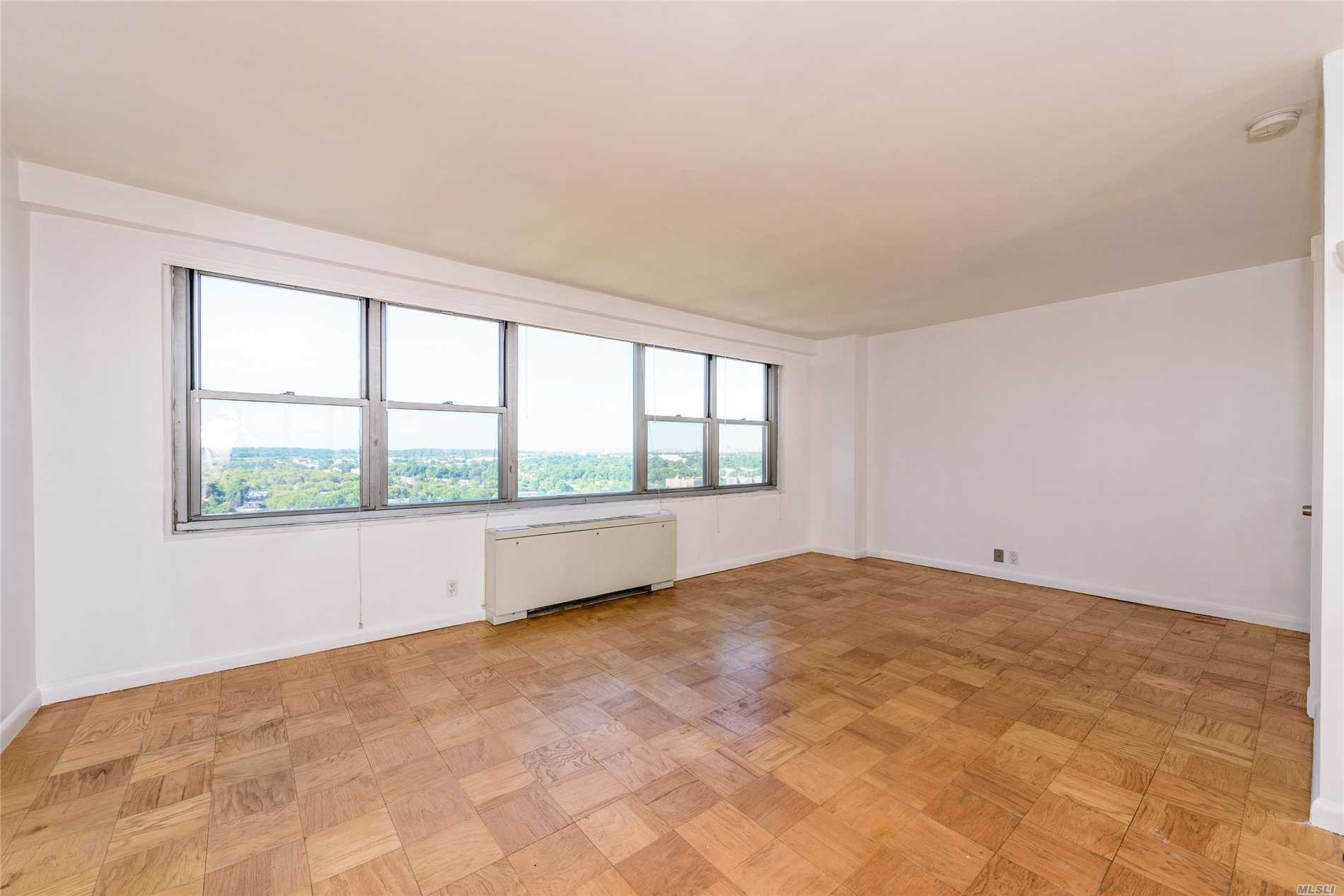 Spectacular Lower Manhattan And Forest Hills Gardens Views From This Alcove Studio. Gerard Towers Offers A 24 Hr Doorman, Heated Seasonal Pool, Fitness And Immediate Valet Parking. Jjust Around The Corner From Trendy Austin St. Shops Restaurants And More! Cat Friendly Building!