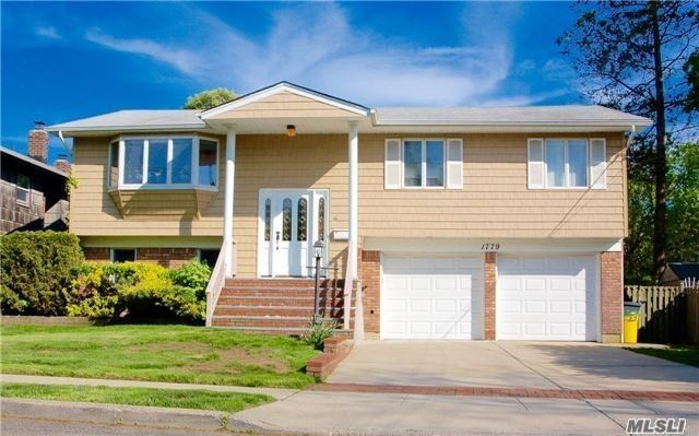 Mint Appearance Whole House Rental. 4Brs, 2Bth, Hard Wood Floors, Gourmet Kitchen With Granite Countertop And Stainless Appliances, Large Backyard With Patio. Hewlett-Woodmere Sd#14. Convenient Location. Walking Distance To Transportation, Shopping, Schools. Block Away From Grant Park.