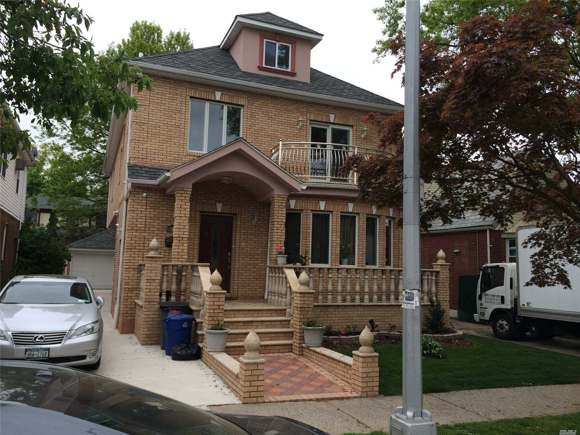 One Br With Living Room, Kitchen, 1 Full Bath, Balcony. Bright, Close To All.