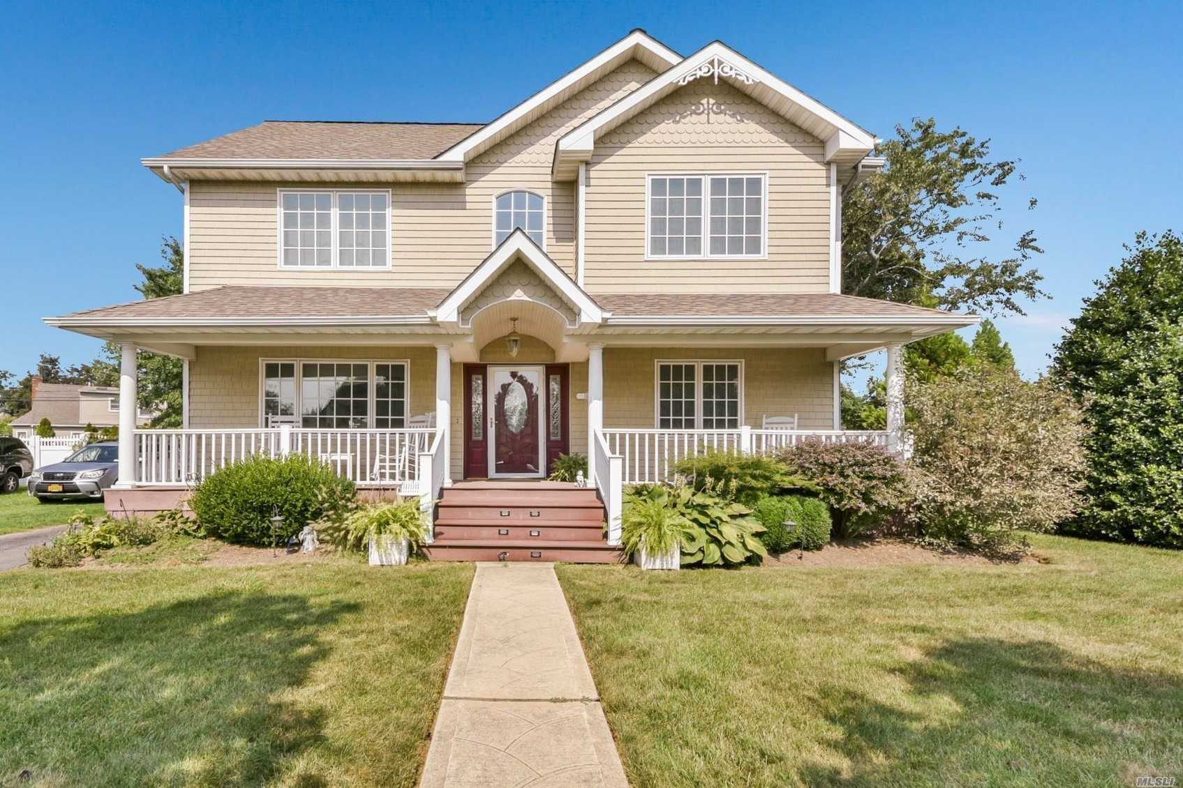 Custom Colonial W/ Resort Backyard. 4 Br, 2 Fbth In The Heart Of Wantagh Woods. Granite Chefs Eat In Kitchen, Fdr, Vaulted Family Room Loaded W/ Natural Light. Semi Built In Pool. Oversized Property, Close To Town And Train, School District #23