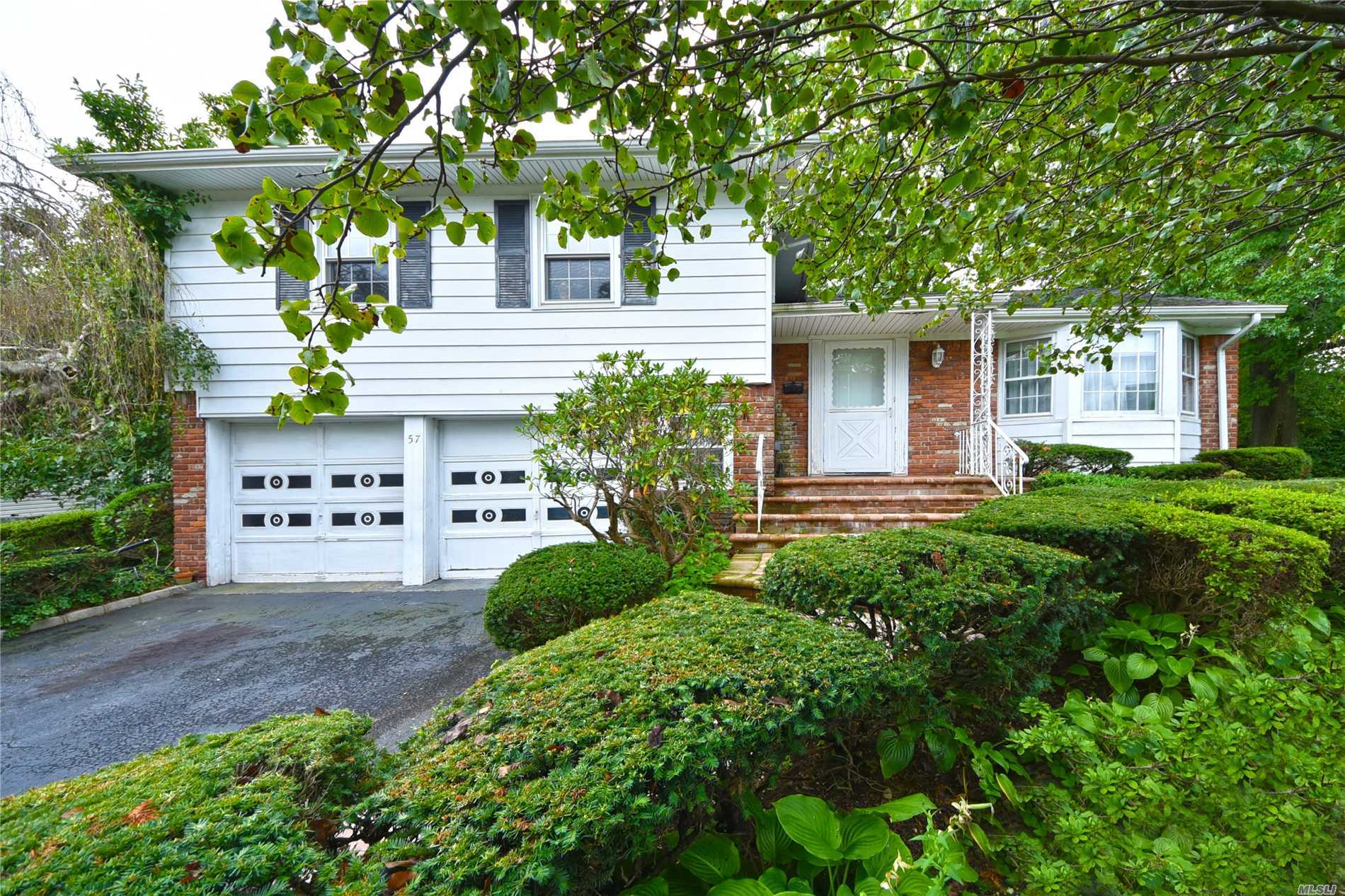Bright And Sunny Split In Herricks School District With Large. Flat Yard. Busing Is Available To Primary, Middle And High School!
