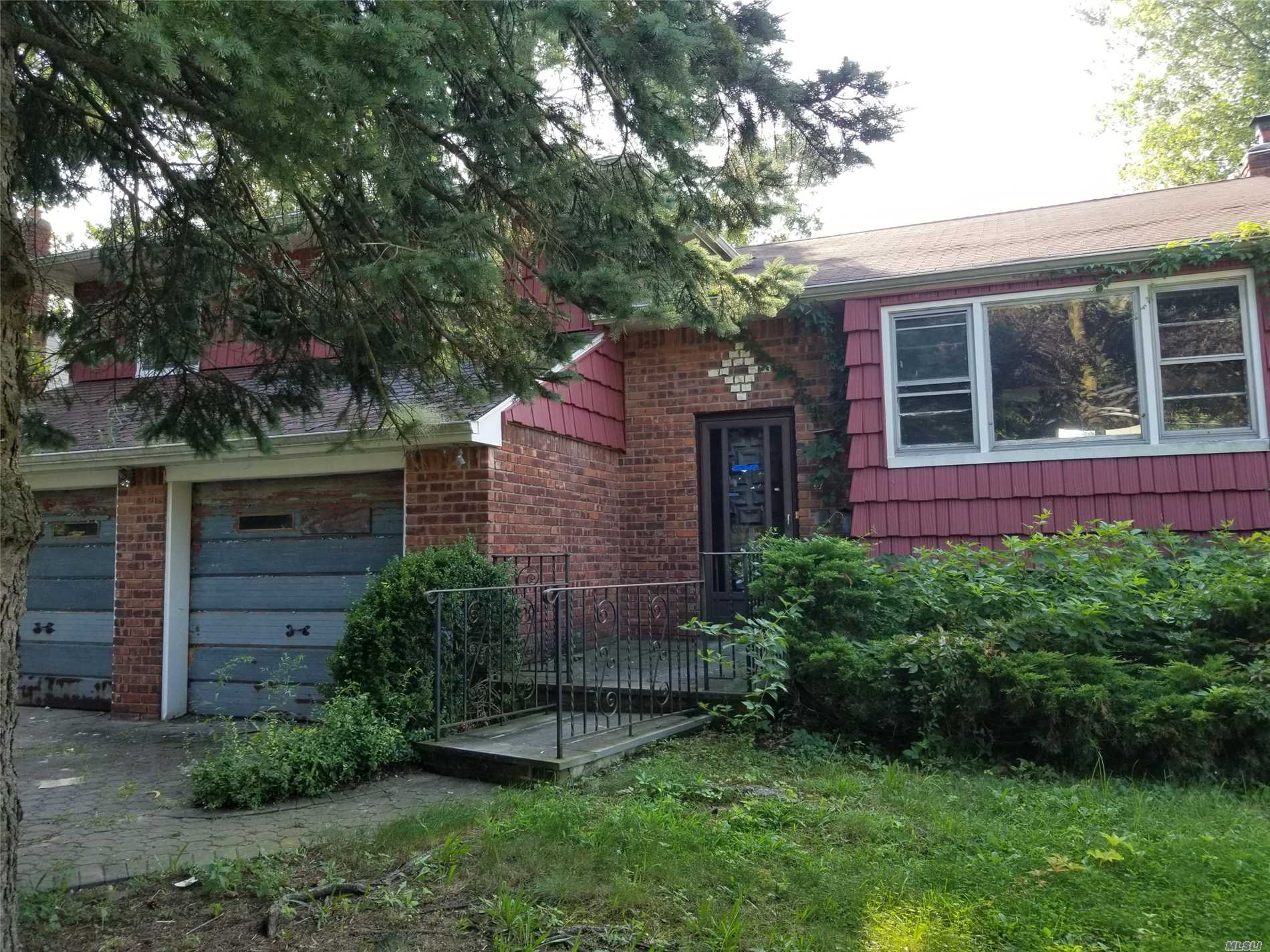 Huge Split With Over 1700Sq Feet. Spacious Den, Separate Dining Area, And Large Bedrooms, 2 Car Garage. Close To Shopping, Transportation And Major Roadways.