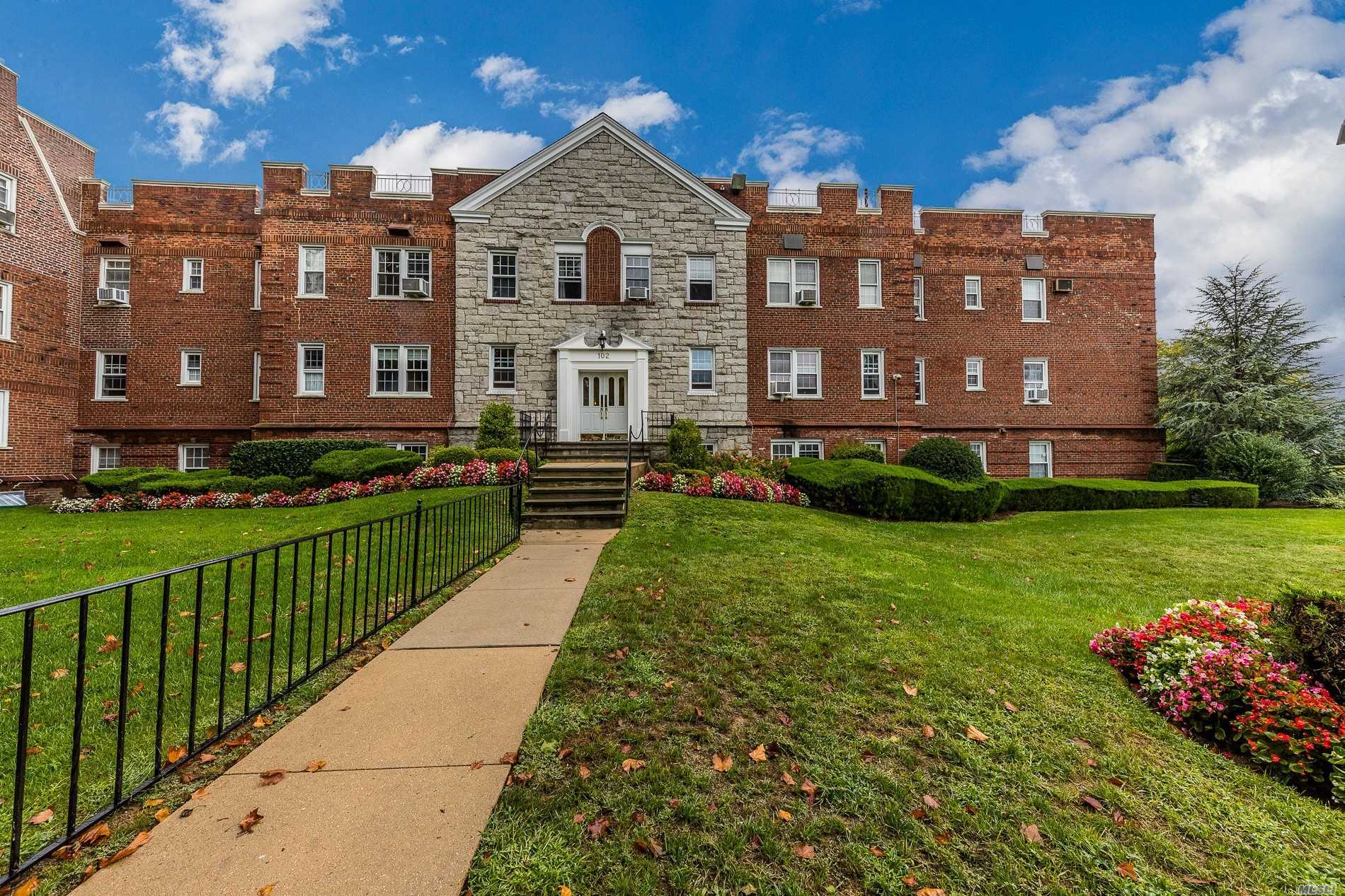 Pre War Building, Large Entry Foyer To Deluxe Unit. Oversized Living Room, Dining Room, 1 Br, 1 Bath, High Ceilings. Many Closets In Hallway. Wait List For Parking, Convenient Municipal Parking Behind Building. Laundry In Basement. One Flight Of Stairs To Unit. Convenient To Town, Great Restaurants Nearby And Lirr.