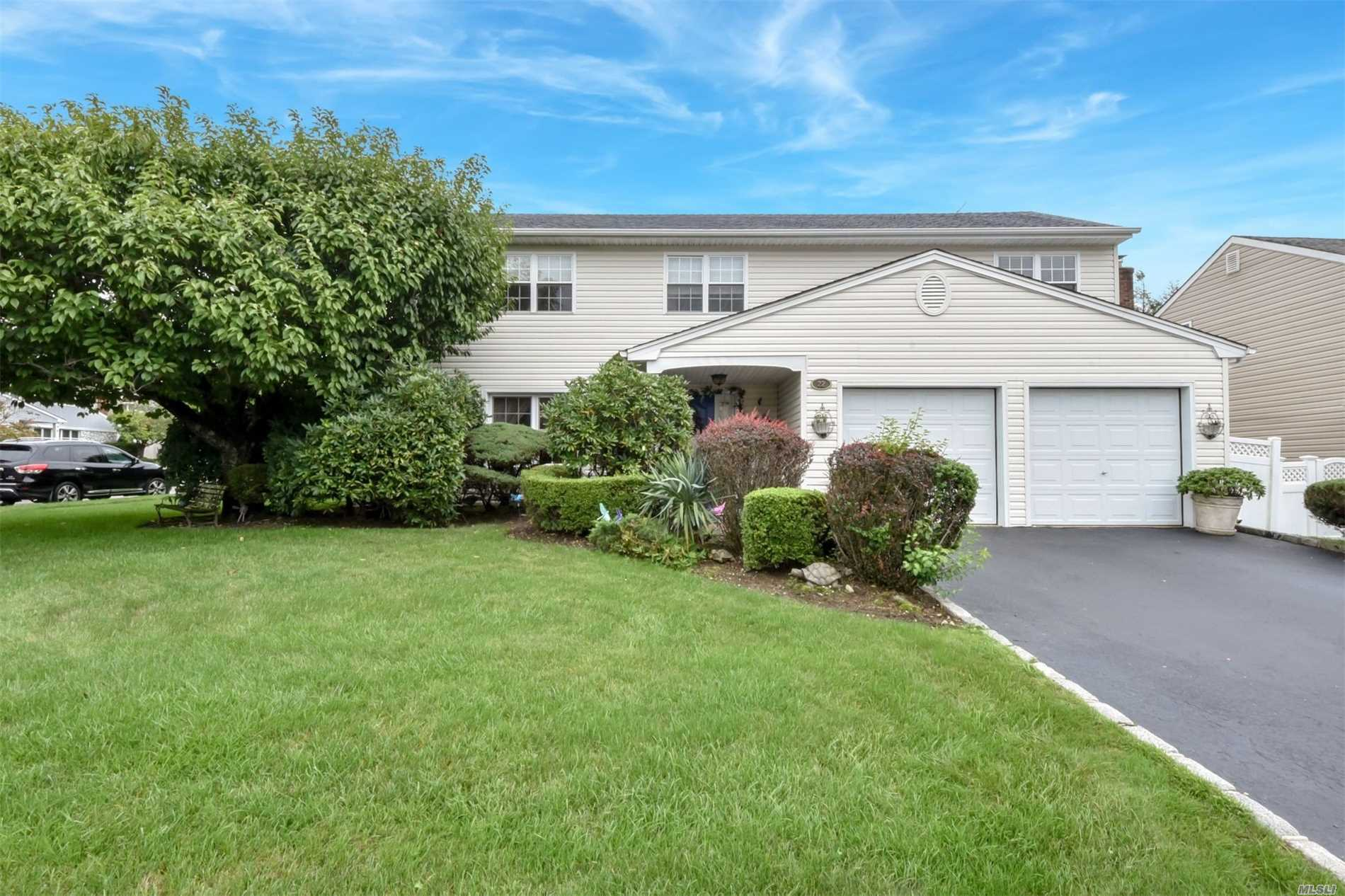 Superb Spacious Splanch, Very Large Room. The Best Designed Splanch In Plainview Built In 1985, Powder Room On Main Level, Open! Airy! Spacious! Must See! Professionally Landscaped Country Club Property.