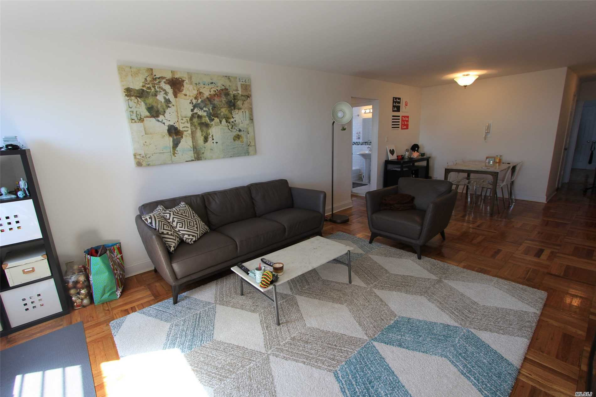 Large Junior 4/2Br, Brand New High End Kitchen With Stone Counters And All Stainless Steel Appliacned Including A Dishwasher And A Build-In Microwave,    Renovated Tile Bathroom Windowed, Lots Of Closet & A Huge Walk-In Closet In Master Bedroom, Amazing 180 Biews (Manhattan And Lake Views), Doorman On Site, Super Onsite, Laundry Rooms On Each Floor, Gym, Garage And Roof Top.