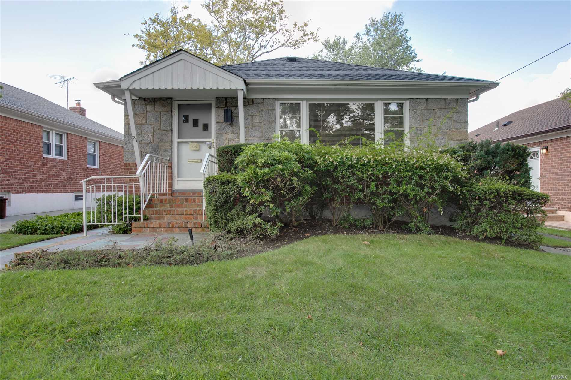 ** Whole House Rental ** In Quiet Neighborhood. Detached Brick Ranch 3 Brs, 2 Baths. Finished Basement. Private Backyard. Excellent Condition! Prime Little Neck Location! School District #26. Close To Shopping, Bus, Schools, Major Highway Etc.