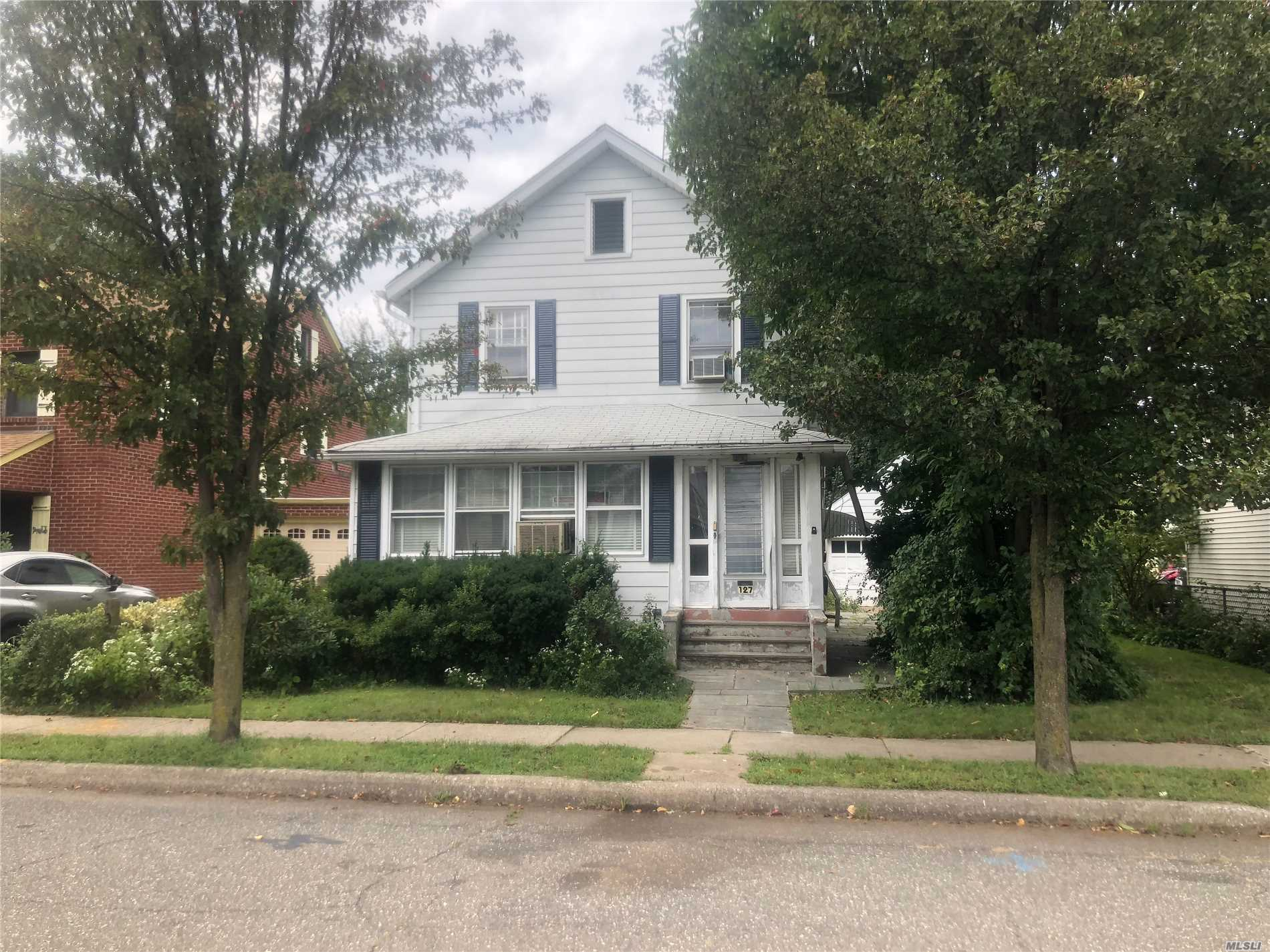 Don't Miss Your Chance At This Chraming 3Br, 1Ba Colonial In Manhasset. Location, Location, Walking Distance To Lirr, Town, Shopping And Much More. House Needs Updating / Tlc. Bring Your Imagination!! This Home Will Not Last At This Price!!