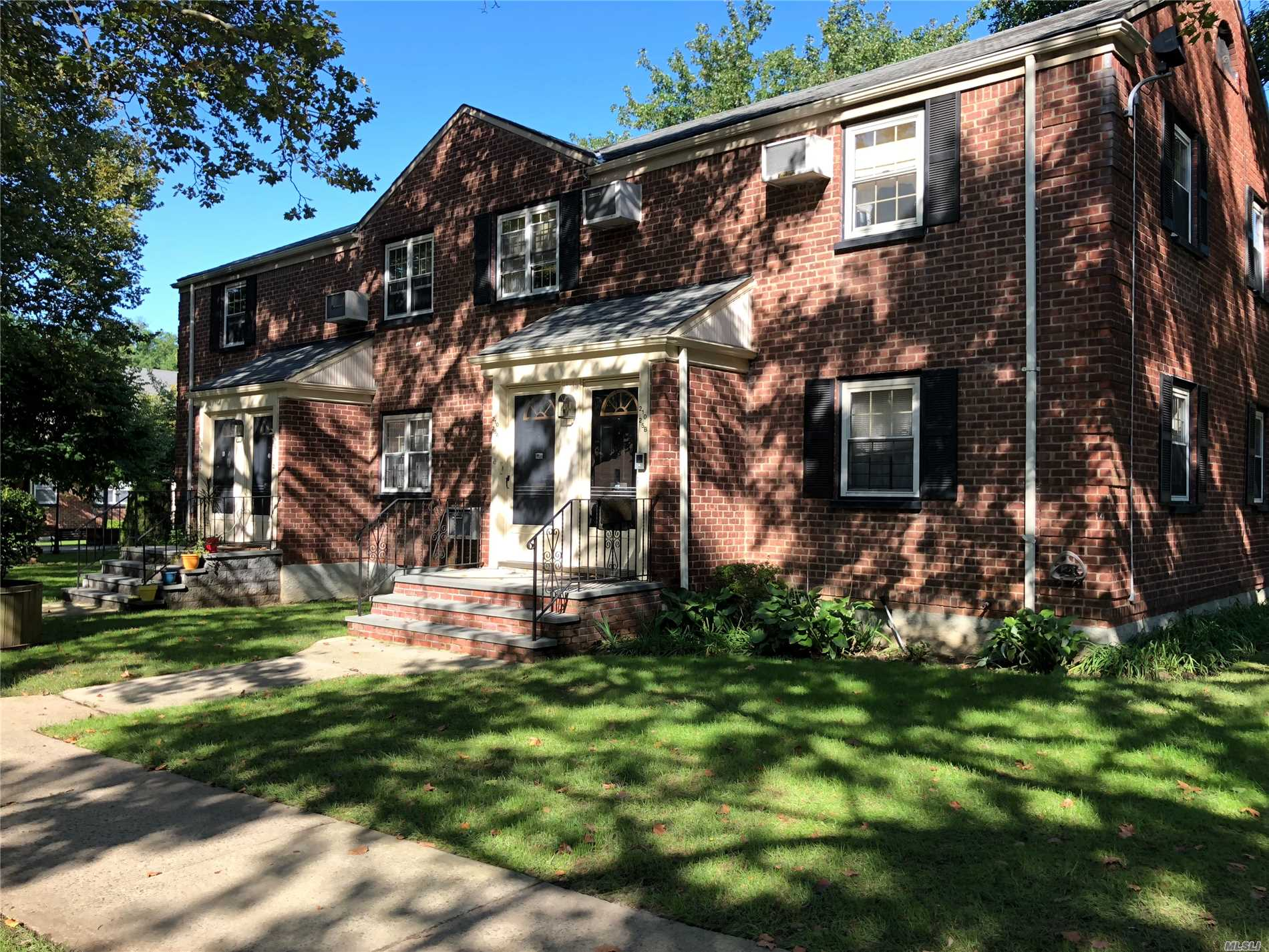 Newly Listed In Hollis Court! Features Well Kept Sunny Kitchen + Spacious Dining Room, Hardwood Floors, 2 Large Bedrooms & 1 Full Bathroom. Situated In Quaint Courtyard, Private Entrance. Near Schools, Shops, & Transportation. Qm5 & Qm8