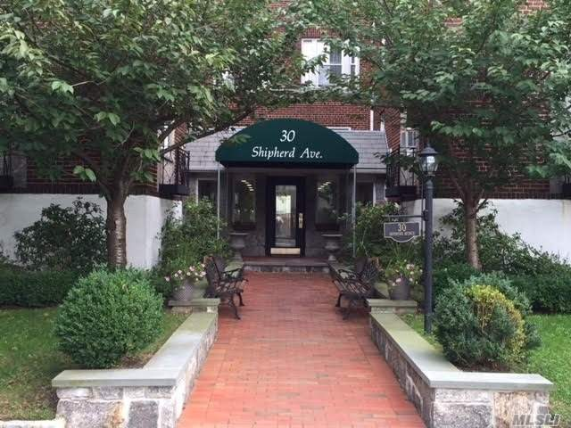 Mint 1 Bedroom Apt. With New Bathroom And Updated Kitchen In The Heart Of Lynbrook. Near Lirr (35 Min Nyc), Shopping And Jfk Airport. Laundry And Large Private Storage In Basement.