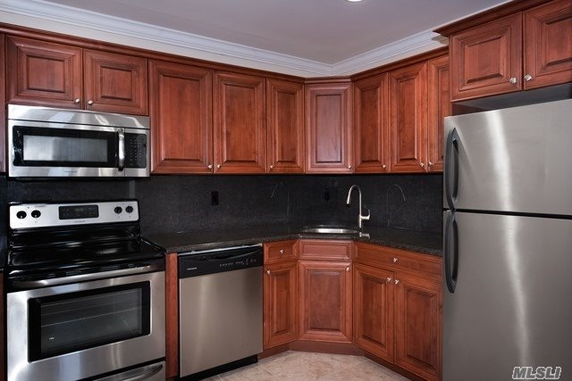Villa Style, Single Story Luxury Studio, 1 & 2 Bedrooms.New Kitchens With Tuscan Style Cabinetry W/ Stls Stl Appl Including Dishwasher & Microwave, A/C.Minutes From Lirr.Walk To Shopping, Library, Heckscher Park & Connetquot State Park.Convenient To Sunrise Hwy, Montauk Hwy And Southern State Pkwy.
