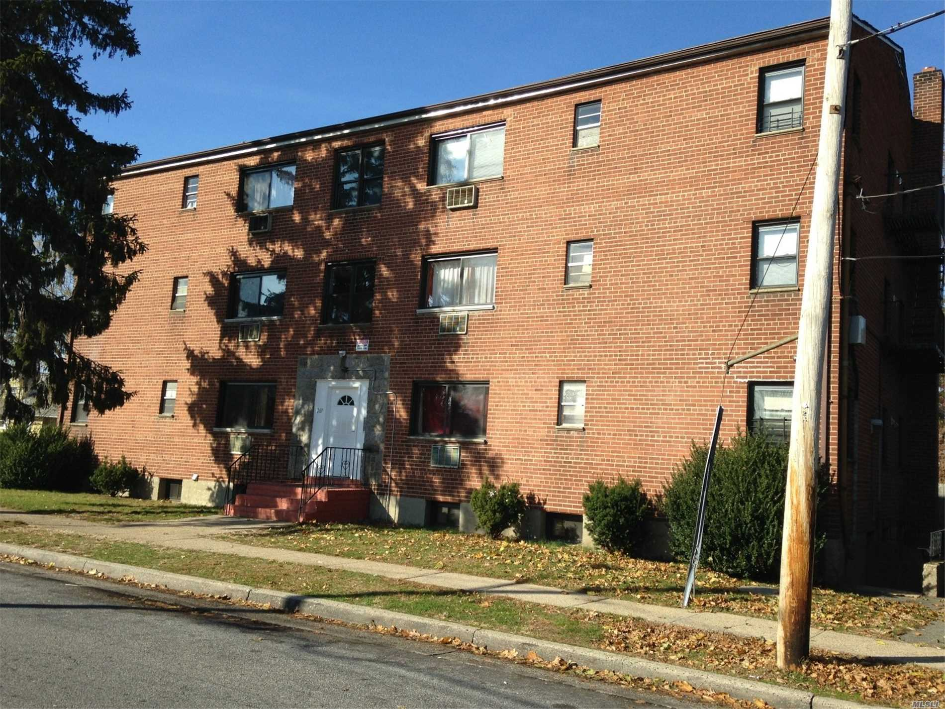 Two Bedrooms Apartment On The First Floor Of Building, Clean, Family Friendly, Quiet. Close To Shops, Parks And Transportation.