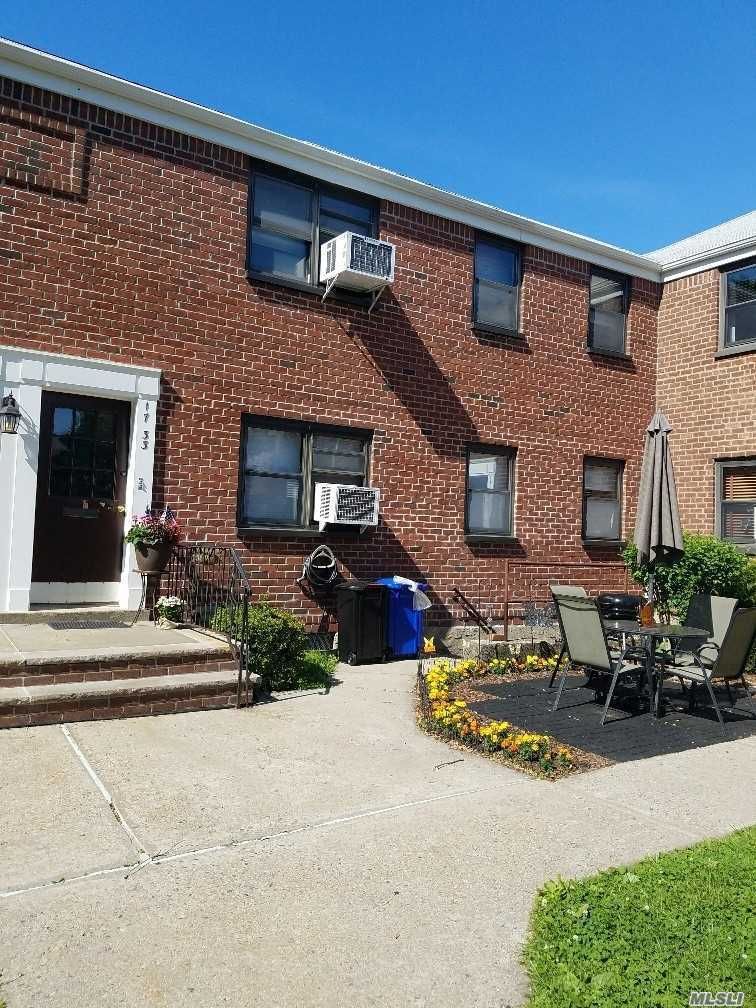 This Is A 2 Bedroom Upper Corner Facing South. Bright And Clean Has Washer And Dryer. Located In A Lovely Quiet Court, Near Stores And Buses.