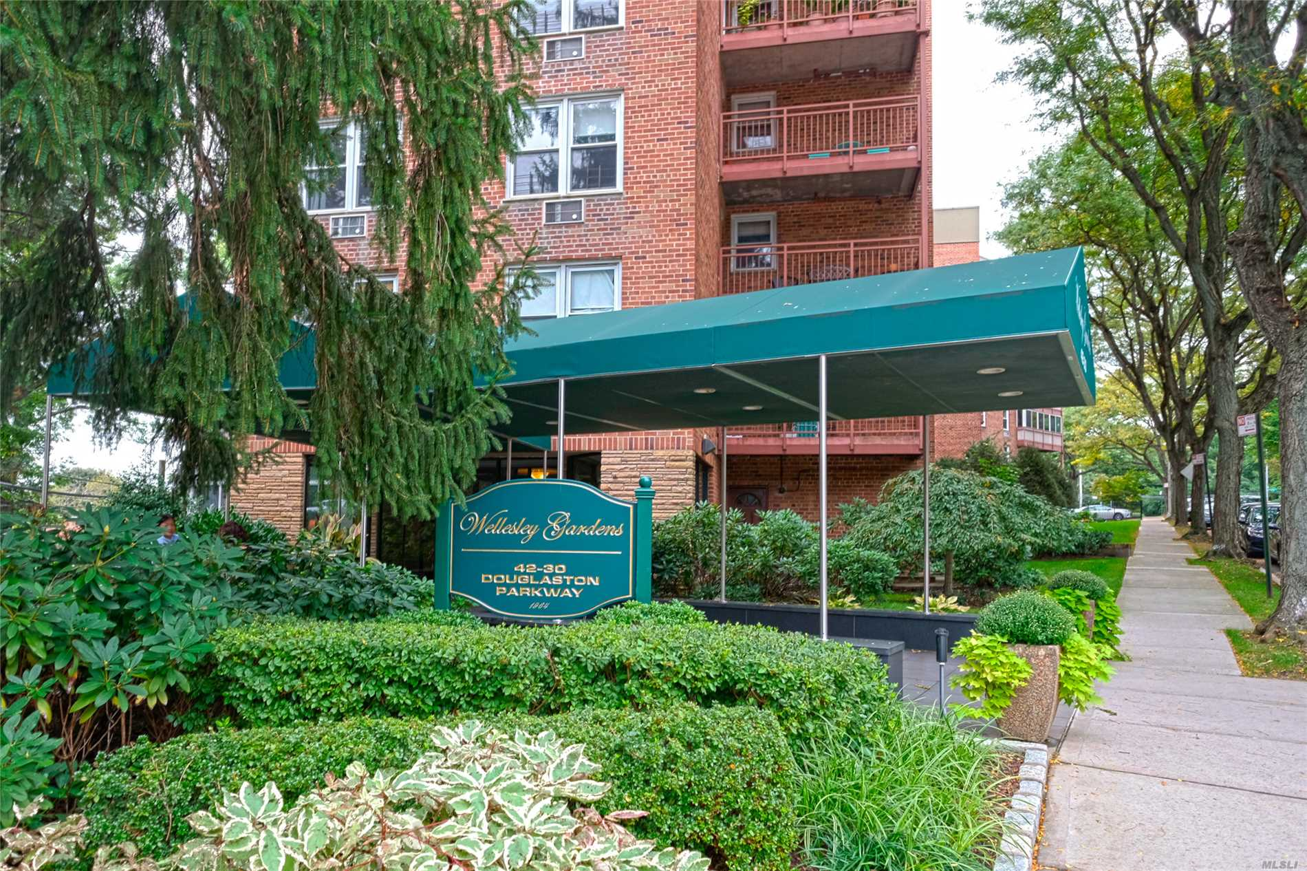 Douglaston. Lovely Spacious High Floor Jr4 Unit In Premier Wellesley Gardens Co-Op. Entry Foyer W/ Closet, Great Living Rm, Dining Rm, Kitchen, Large Bedroom With Plenty Of Storage, Full Bath W/ Window. Gym, Storage & Laundry In Building. One Block To Lirr, Shops And Restaurants. Convenient To All.