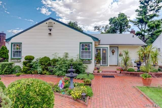 Sunny And Open Mint Expanded Ranch In The Heart Of The Dogwood Area. Franklin Square Schools. Main Floor Family Rm W/Brick Walled Fpl, King Fdr, New Eik And Updated Full Baths, Master En Suite W/Spa Bathroom, Updated Electric And Plumbing, Energy Saving Boiler, Mud Rm, Completely Fin Beautiful Basement, Fenced Ultra Private Yard. Don't Miss Out!!