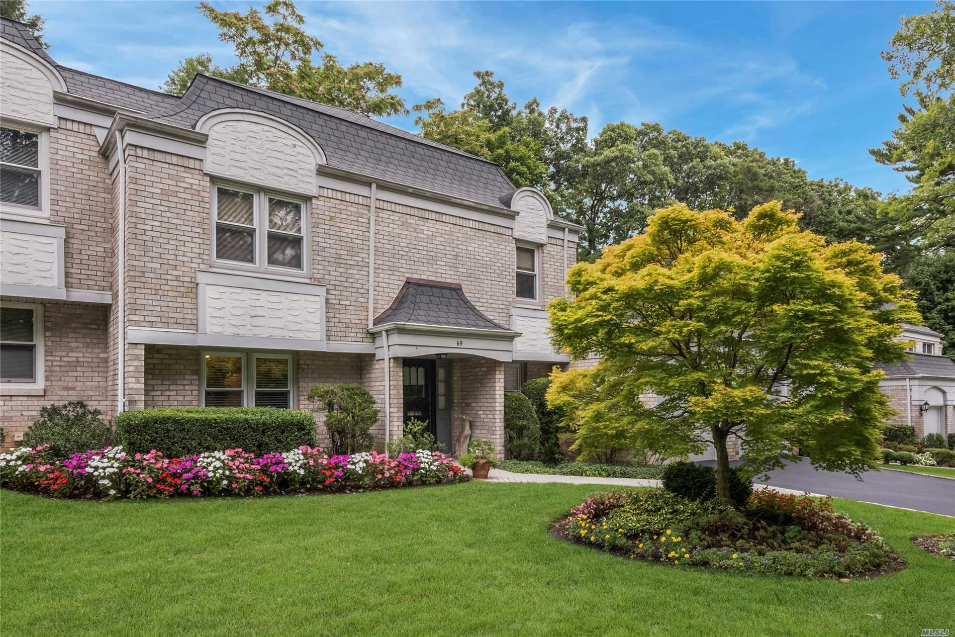 South Facing Entry, 3 Bedroom 2.5 Full Bath Brick Condo At The Greens W/ Master Suite On Main Floor. Open Layout W/ Vaulted Ceilings, Eat In Kitchen, Bright & Airy Formal Living Room & Dining Room, Central Air, Hardwood Floors, Full Basement, 2 Car Garage, Rear Patio, Community Pool & Tennis, Pet Friendly, Manhasset Lirr Train Sticker. Close To Shopping, Restaurants, Night Life & Highways. Low Taxes