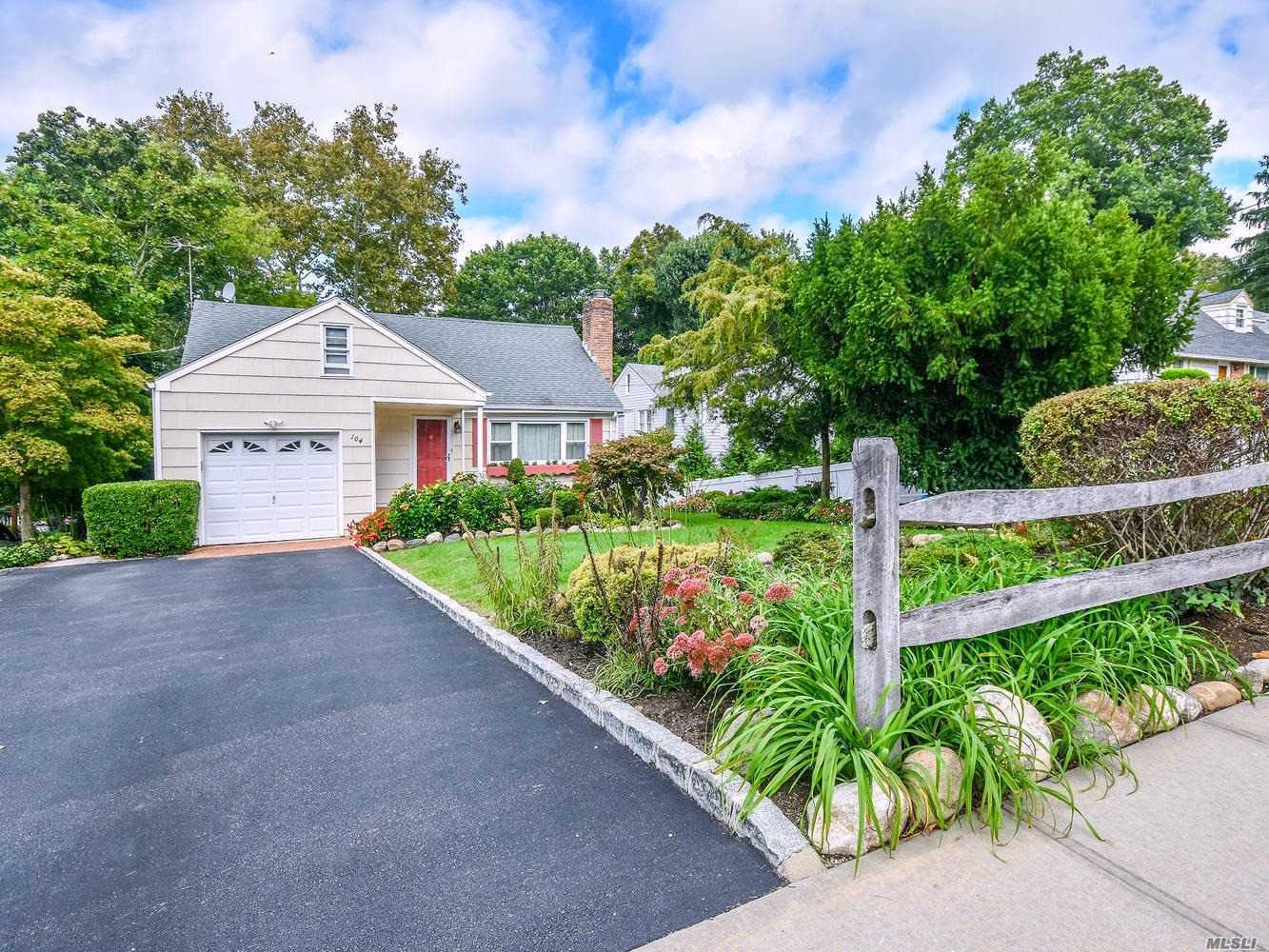 Immaculate Expanded Ranch On Deep Lot. Living Room With A Wood Burning Fireplace, Formal Dining And Eik. Updated Full Bath On First Floor. Large Master Bedroom Suite On Second Floor W/Full Bath. Walk Out Lower Level With Guest Suite And Full Bath. Large Fenced Backyard Off Of Quiet Cul-De-Sac. Convenient To Blue Ribbon Glenwood Landing School And Beach.
