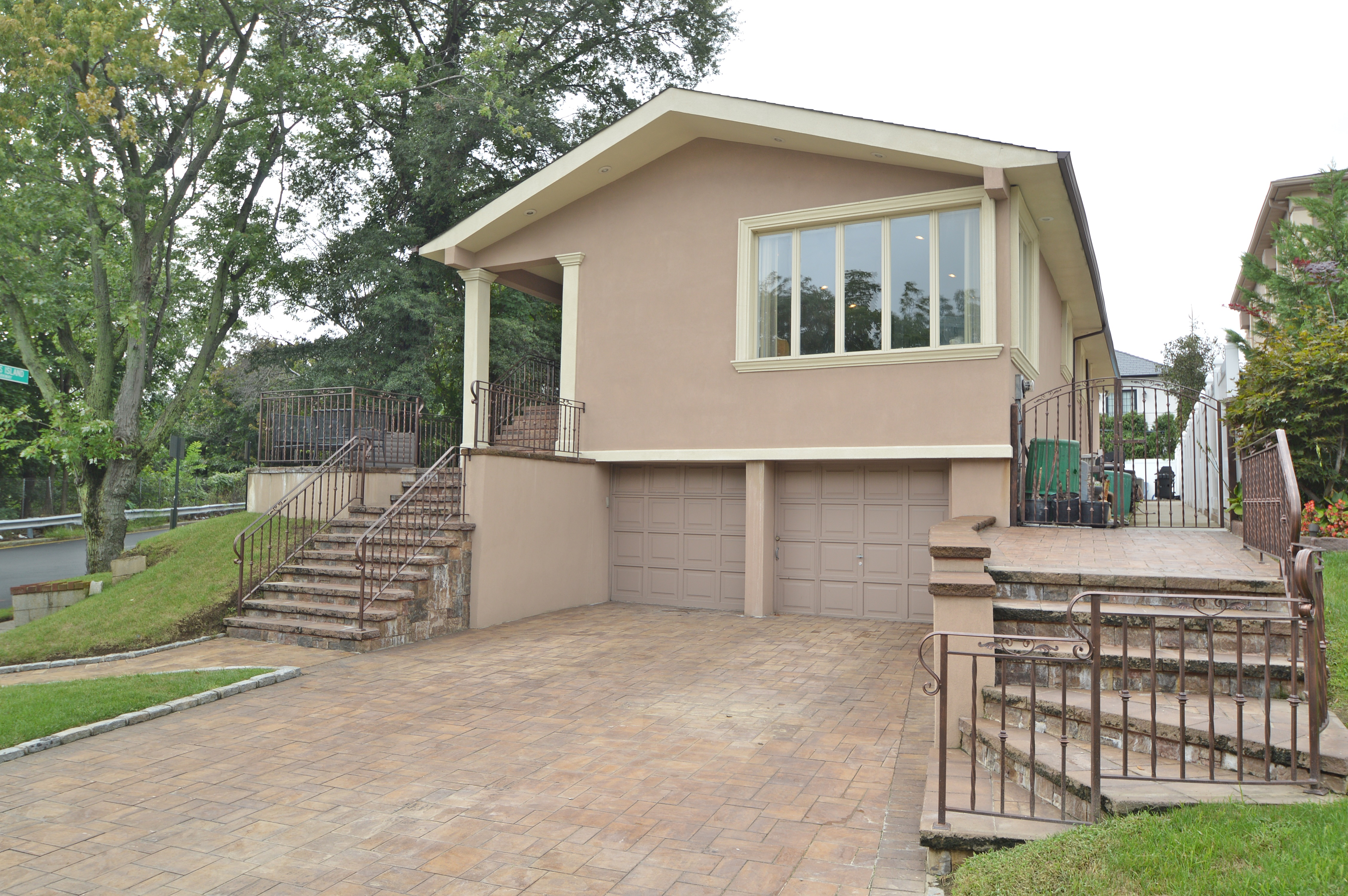 Hi -Ranch Dream House in the heart of Beechurst / Whitestone Area** Very Exclusive Unique Home!