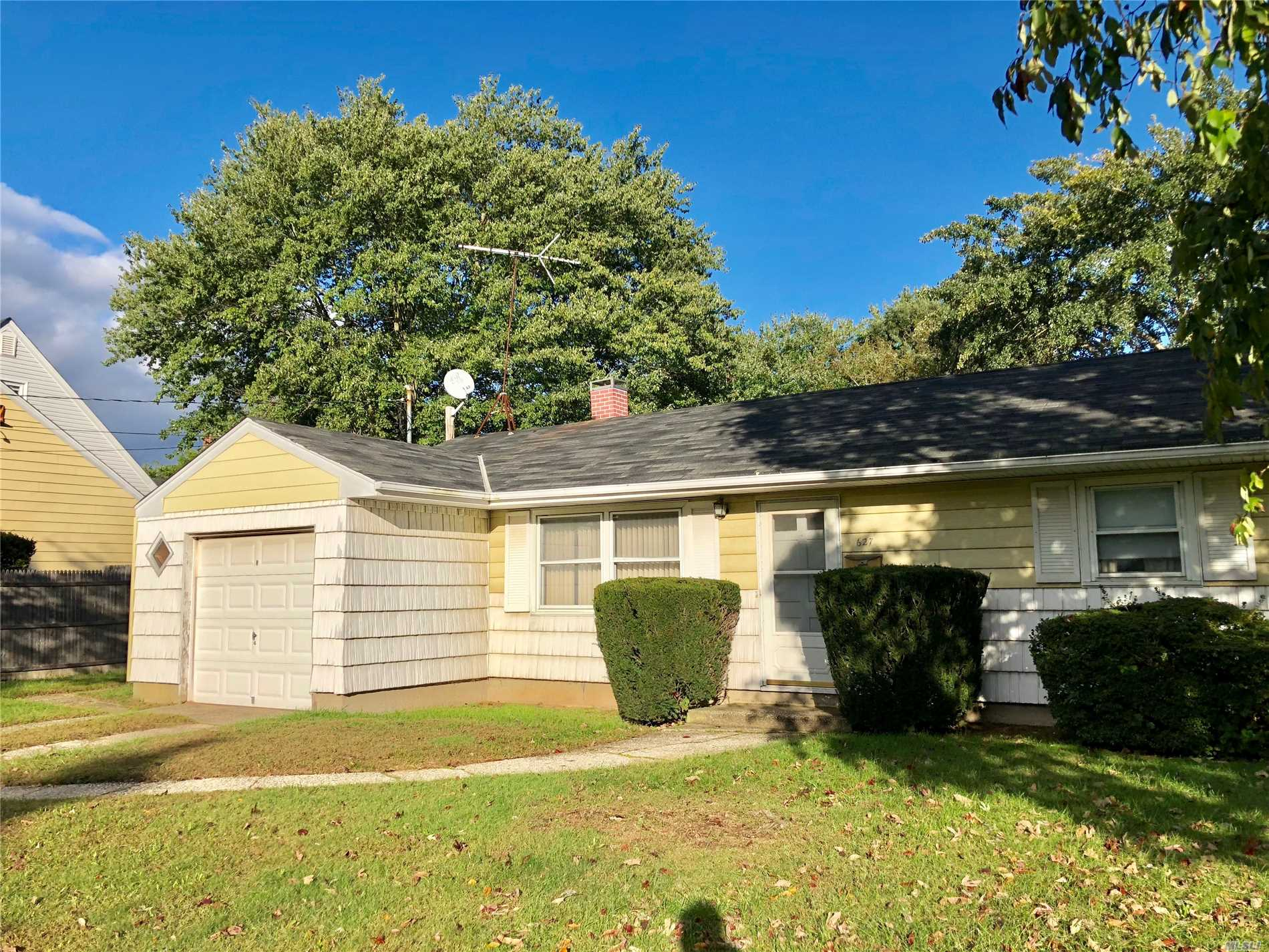 Who's That Knocking? Make This Your Dream Home, Perfect Starter Or Finisher, 75X150 Lot, South Of Union Boulevard, Needs Updating But.....Opportunity That's Who's Knocking!!!