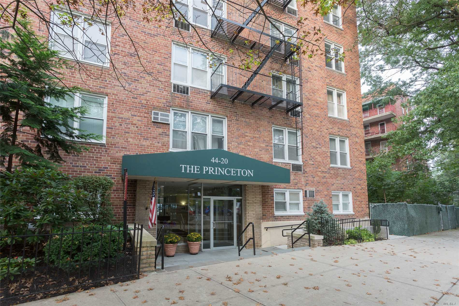 Location, Location, Location! Stunningly Renovated 1 Bedroom Apt, Absolutely Turnkey. Newly Renovated Kitchen And Baths, Beautiful Moldings Through Out, Tasteful Built Ins! New Hardwood Floors And Recessed Lighting! Parking Spot Included! Too Many Features To List. Just A Few Mins From Lirr, Less Than 30 Mins To Midtown. Close To Shopping, Transportation, Restaurants, And Highways! Will Not Last!