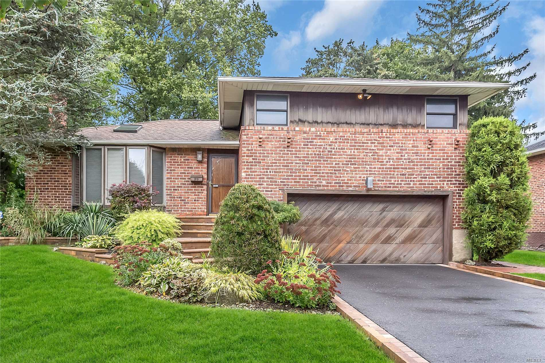 Perfect Sparkling Light & Bright Extremely Well Maintained Expanded Plainview Split W/Very Low Taxes $9, 203 W/Basic Star. Perfect Mid Block Location Expanded Eik W/Gas Cooking & Sliders To A Deck. Lr, Fdr, Expanded Mbr W/Full Bath, & A Wall Of Huge Closets, Beautiful Den W/Gas Fireplace & Sliders To Lower Deck. This Home Really Has It All - Gas Cooking, Gas Heat, Central Air Conditioning, In Ground Sprinklers, Finished Basement, Plainview Sd, Gas Bbq, A Must See!