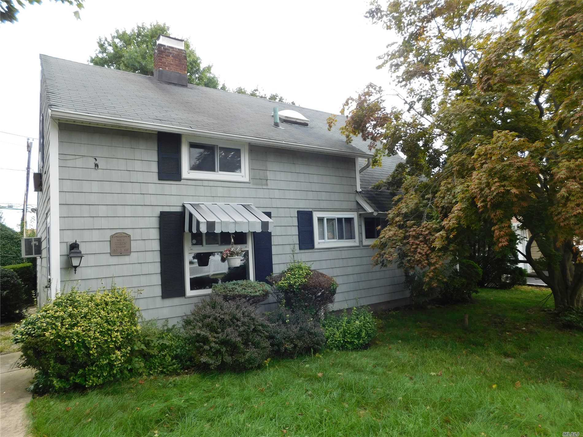 ***Lowest Priced House Levittown..Sd 26....Great Starter Home, Has 4 Bedrooms, 1.5 Baths, Enclosed Porch, Above Ground Oil Tank, Vynl Sided, Island Trees School............Best Buy Levittown, Needs Some Tlc, But Potenional Galore  *********Beat Paying Rent****