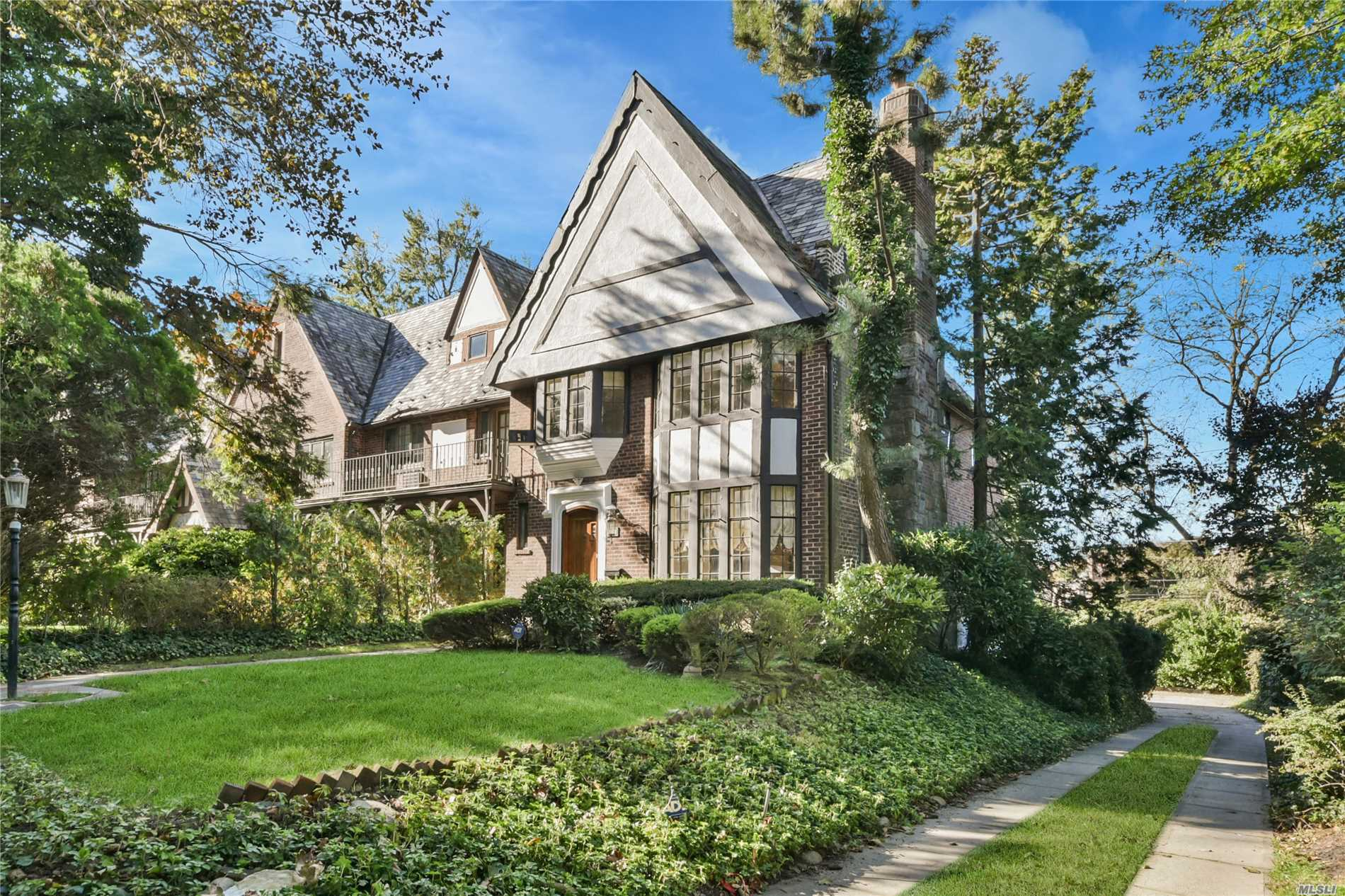 Great Neck. Unique, Gatsby Era, Custom Built, Corner Tudor Town-Home Built In & Around The Mansions Of Great Neck On One Of The Most Desirable Neighborhoods In The Usa! Everything Is Custom From The Hand Laid Oak Pegged Floors To The One Of A Kind Art Deco Bathrooms! The First Floor Layout Flows Like A Mansion. The Custom Wood Floors Accentuate The Dining Room. There Is A Custom Mirrored Living Room With A Marble Fireplace. 4 Bedrooms On The 2nd Floor W/Ample Closets. Walk Out Basement!
