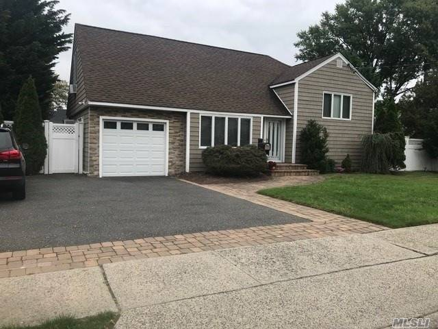 Lovely Split In The Mandalay Area. Updated Kit With Huge Ref & Freezer And Walk In Pantry. Beautiful Gas Fireplace, Master Bedroom With Large Walk-In Closet. 200 Amp Electric. Beautiful Yard With In Ground Pool And Gas Bbq W/ Built In Ref And Ice Maker. Roof Is 4 Years Old.