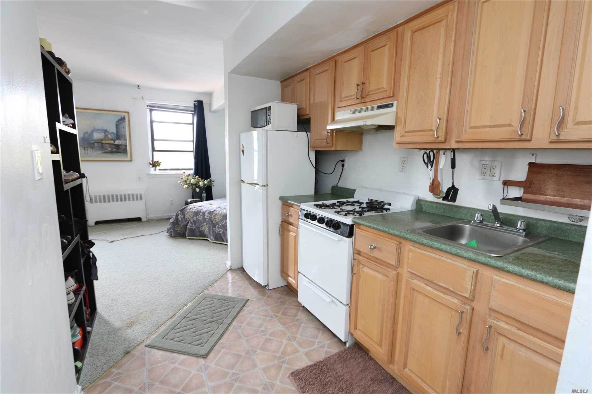 Sunny Studio In The Top Floor With An Updated Kitchen And Bath, 3 Minute Walk To The Train Station/Just 1 Block Away From Shopping, Supermarket And Restaurants.