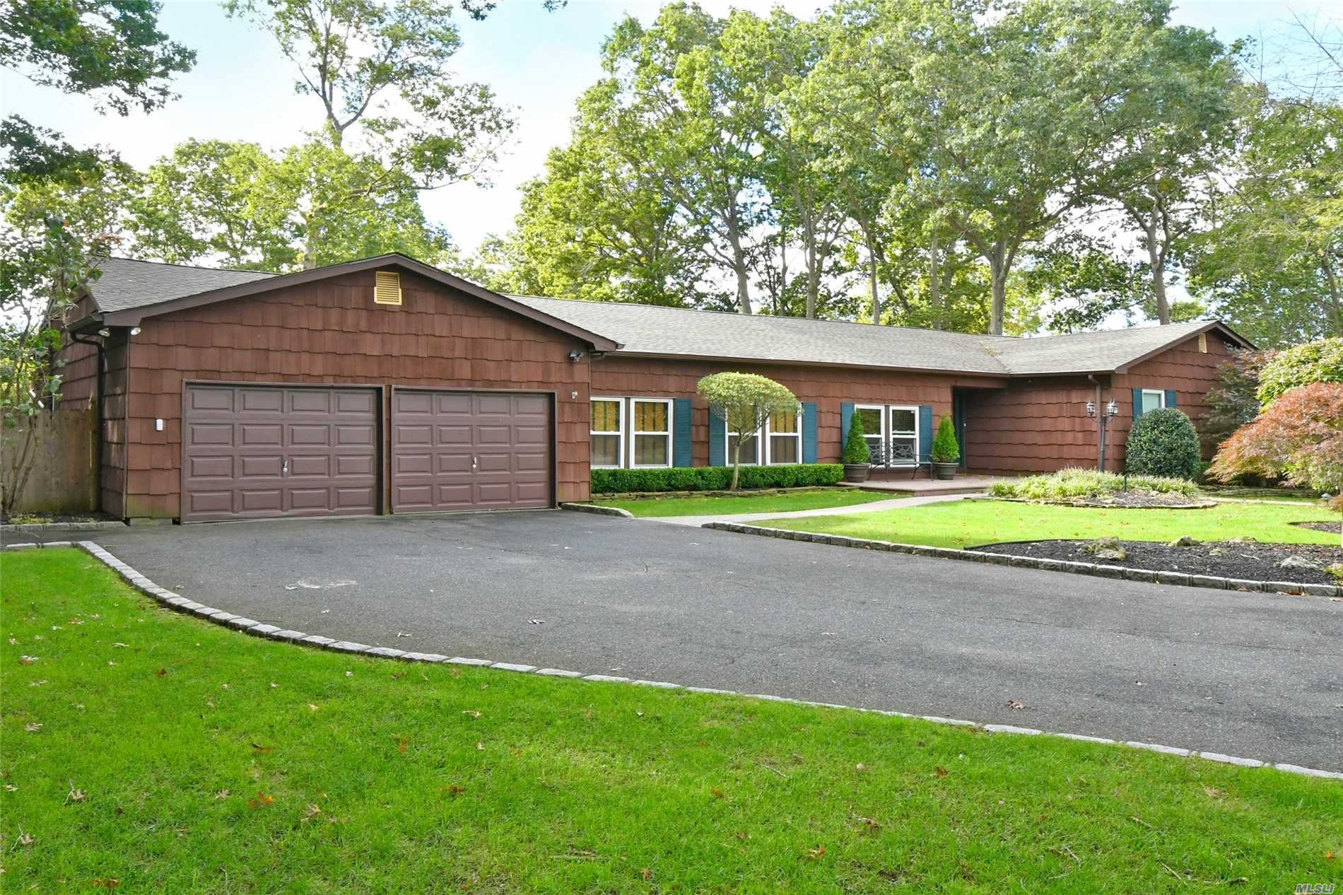 Magnificent 4 Bedroom 3 Bath Expanded Ranch With Country Club Backyard. Beautiful Granite Kitchen W/Stainless Steel Appliances. Brand New Roof, Windows, Pool Heater, Also Gas Heating System Is Brand New, 4 Zones. Fabulous Open Floor Plan- Great For Entertaining!