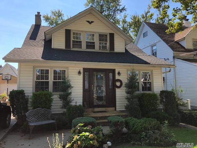 Beautiful 1 Family Colonial Home For Sale In Whitestone. Living Room With Fire Place, Eat In Kitchen, 3/4 Bedrooms, 2 Full Baths, Office, Den, Full Finished Basement With Private Entrance. Private Driveway And Garage. Close To Shops, A Must See!