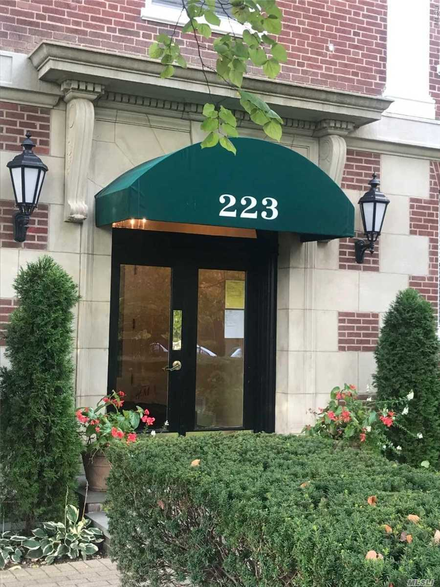 Bright And Sunny 2 Bedroom Co-Op , In A Well Maintained And Managed Building. Located In The Heart Of Garden City Convenient To Restaurants, Lirr And Shopping. The Unit Is In Pristine Condition, And Has 3 New Ac Units, Hardwood Floors. Storage Area In The Basement And Laundry On The First Floor.
