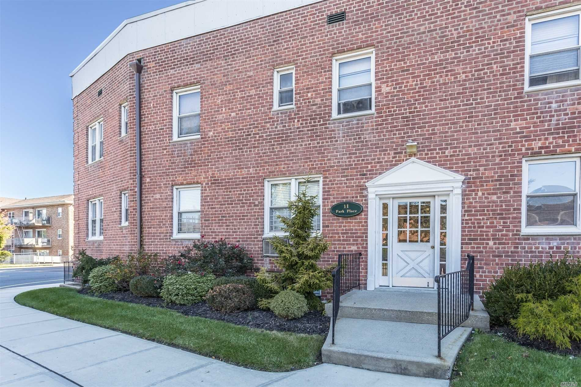 Rockville Centre. Newly Renovated 1 Bedroom, Perfectly Located .5 Miles From The Train Station. Stainless Steel Appliances. Bedroom Large Enough For A King Size Bed. It's A Must See.