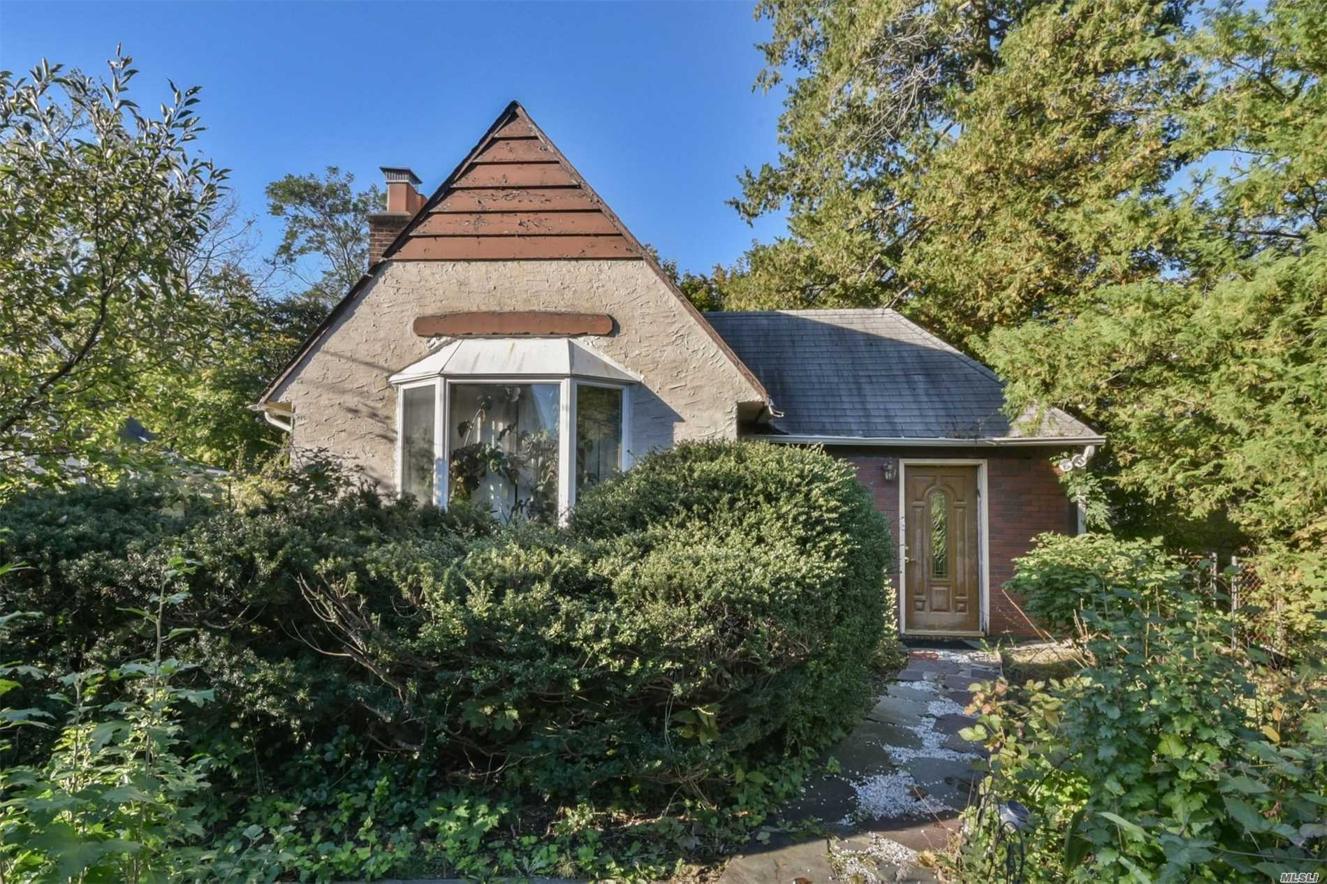 Centrally Located In Most Desirable Great Neck Estate With Its Own Police, Waterfront Pool, Tennis, And More. 3 Bedrooms And 2.5 Baths, Updated Window/Roof. Gas Heating&Cooking. Low Tax. Very Short Distance To Town, Shopping Market, Parks, Railroad Station, And Bus Stop. Award Winning Great Neck School District. Roof 10 Yr, New Anderson Window, Central Air