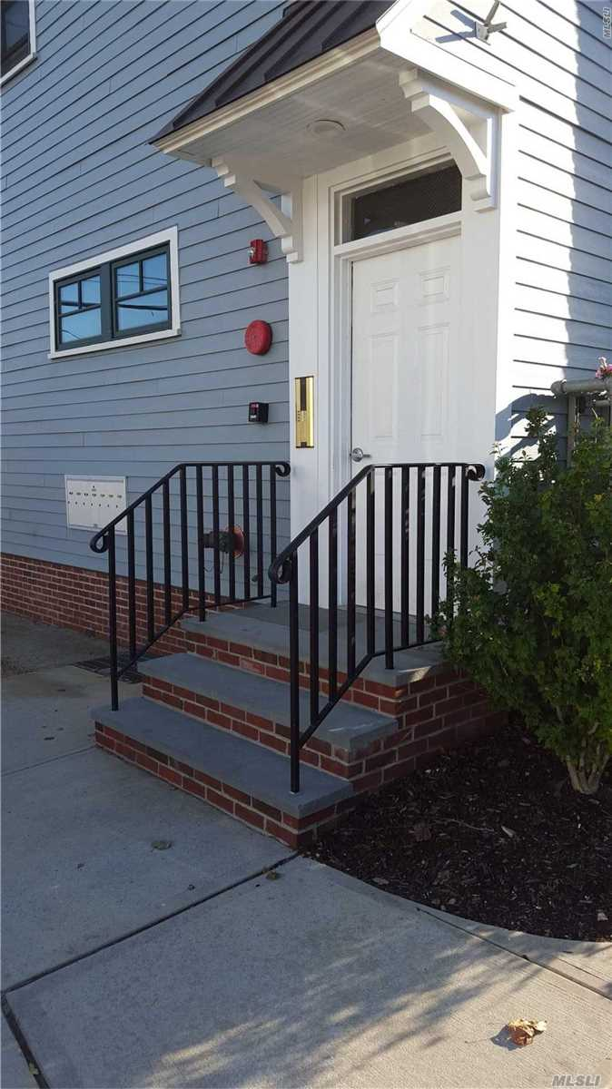 Beautiful One Bedroom Located In The Heart Of Bay Shore. Near Shopping, Fine Dining, Entertainment, Pubs, Fire Island Ferry, Bay Shore Lirr And Many More.