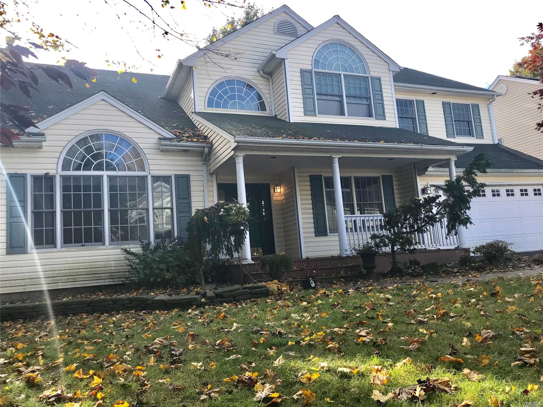 This 5 Bedrooms Colonial House In Plainview Ny. One Of The Most Desirable Towns In Oysterbay. Walk Into A Grand Foyer/ High Ceilings Throughout The Entierre House With A Total Of 5 Bedrooms/Master Suite With Jacuzi/Shower/Walking Closet. 3 Full Bath. 2 Cars Garage. Spacious Kitchen With All Stainless Steel Appliance. Full Finished Basement.