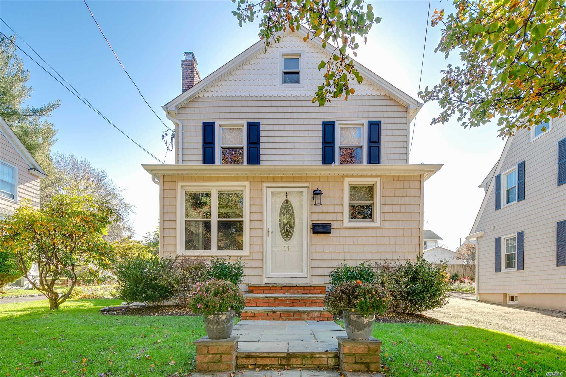 Move Right In To This Lovely And Bright Park Section Colonial. Charm Combined With Open Living Spaces, You Will Instantly Feel At Home. Highlights Include Central Air, Hardwood Floors, Gas Heat, Playroom And Lots Of Storage. Great Location Close To Town And Train.