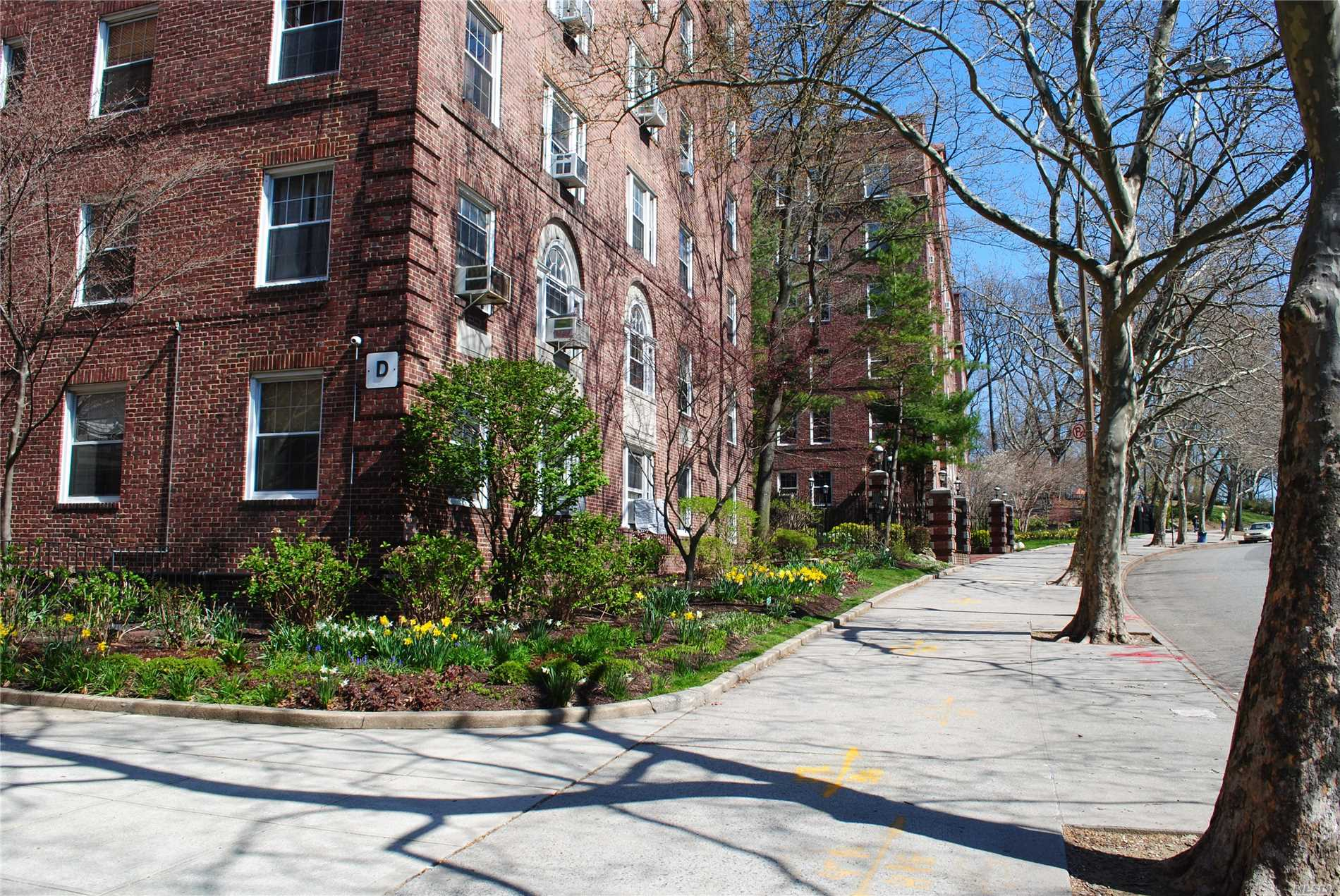 Over-Sized 1Br Apt In The Beautiful Hampton Court. A Large Entry Foyer/Sitting Area Leads To A True Eat-In-Kitchen With Plenty Of Cabinet/Counter Space, Stainless Steel Appliances And A Built-In Microwave, An Airy Living Room With Beautiful Courtyard Views, A Marble Bath With And A Very Spacious Br That Is Quietly Tucked Away From The Living Area.The Classic Features Of This Beautiful Unit Are Defined By The High Ceilings, Lots Of Wide Windows, Plenty Of Closet Space, Arches And Moldings.