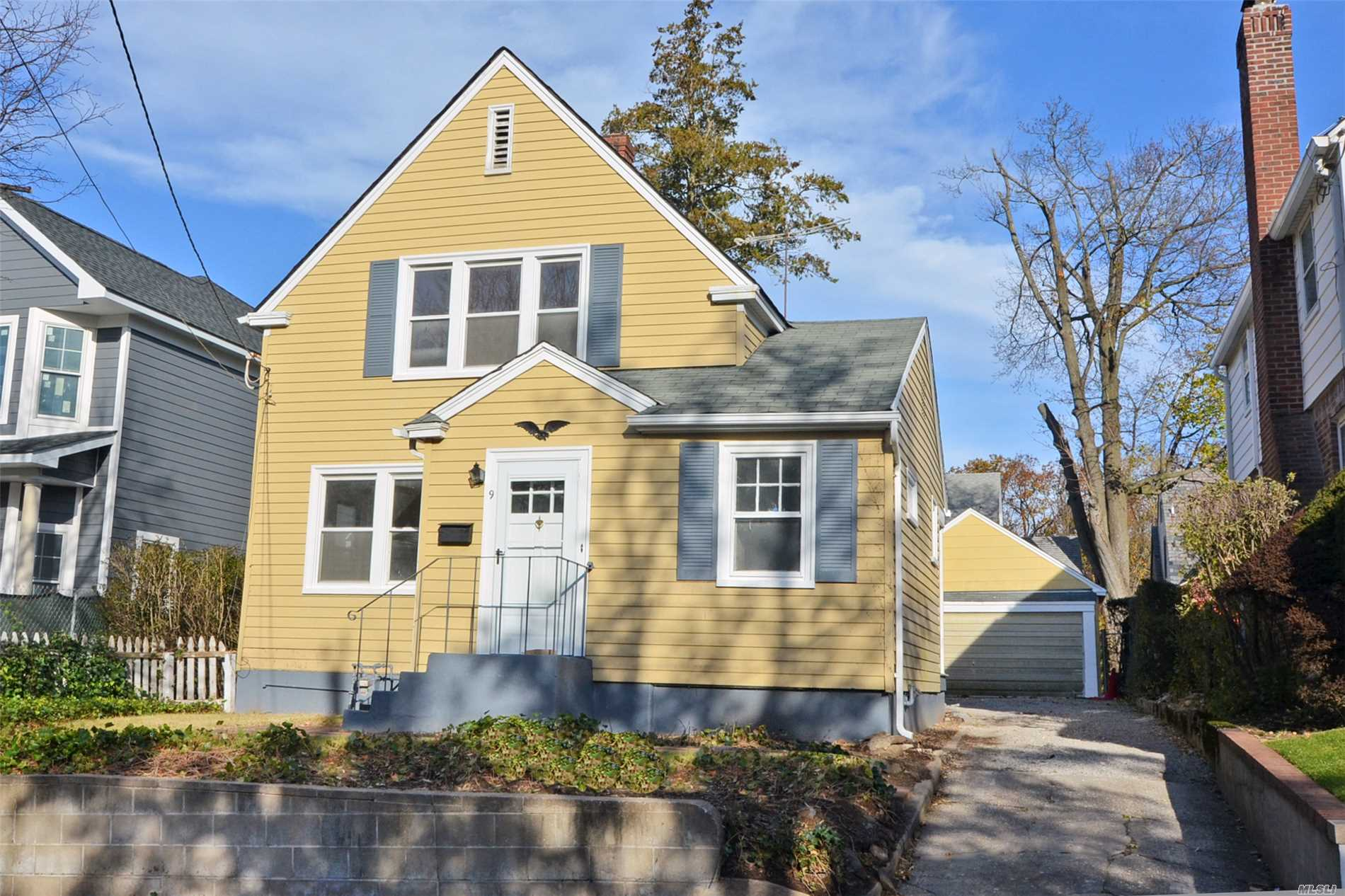 Charming Colonial Home Set In Prime Block In The Park Section. Newly Refinished Hardwood Floors. Newly Painted Interior. Short Distance To Middle School, High School, Town And Lirr.
