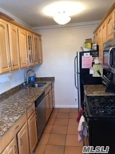 Beautiful 2 Bedroom Corner Unit In Clearview Gardens For Sale! This Lower Unit Features A Living Room, Dining Room And Kitchen With A Dishwasher. High-Hat Lighting Throughout And Washer/Dryer Included. Close To All, A Must See!