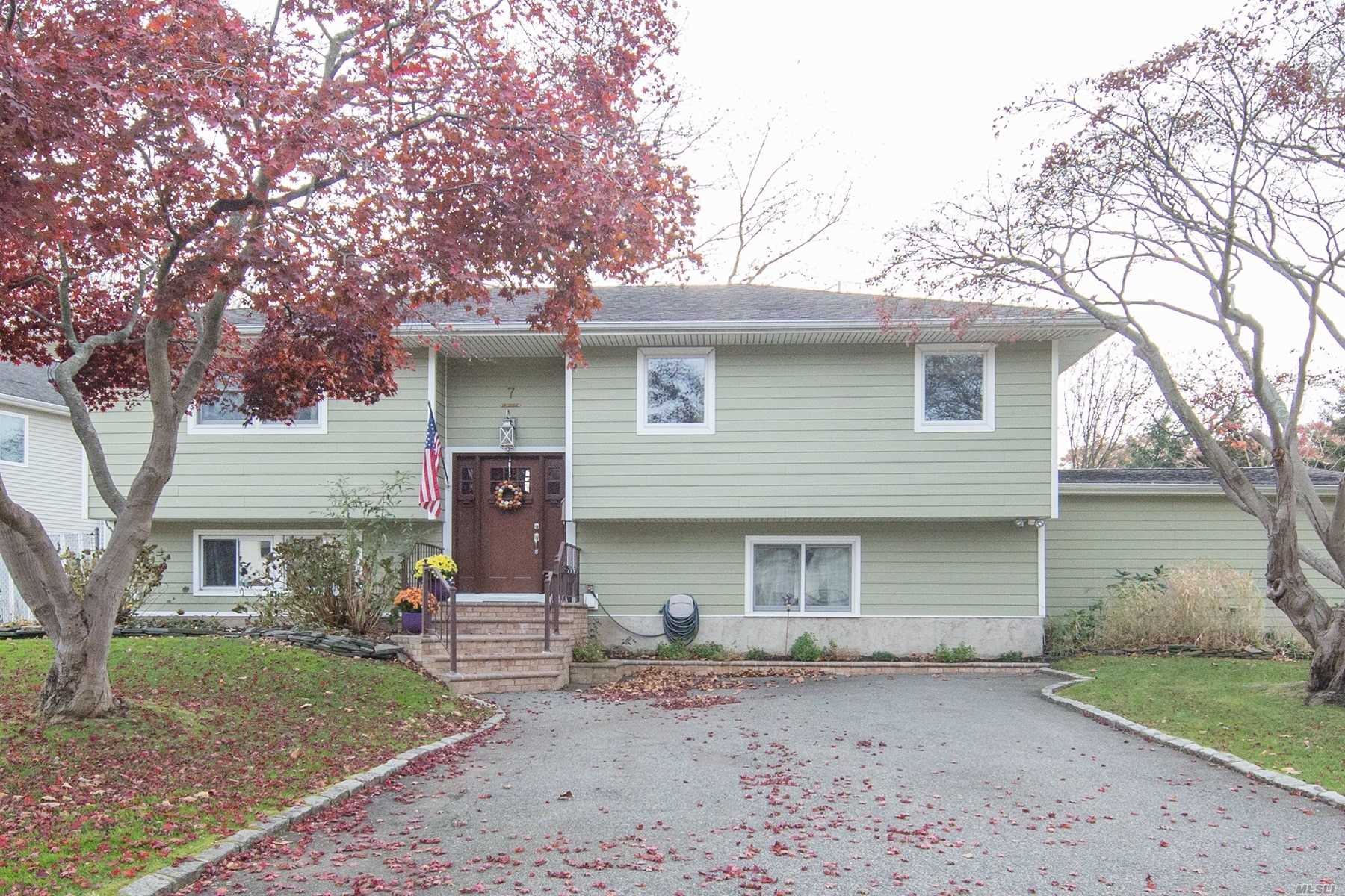 Move Right In To This Immaculate High Ranch In Old Bethpage! Open Renovated Eat In Kitchen W/Granite Countertops, Island, New Fridge,  Beautiful Hard Wood Floors, Large Master Suite With Full Bath, Bedroom, Full Bath On Main Level. Lower Level Has A Large Family Room/Den, 2 Big Bedrooms, Full Bath And New Washer/Dryer. Lots Of Updates! 200 Amp Electric, New Cac, New Hw Heater, Large Yard With New Trex Deck. Attached 1.5 Garage With New Garage Door, 2 Private Driveways! Beautiful Park Nearby!