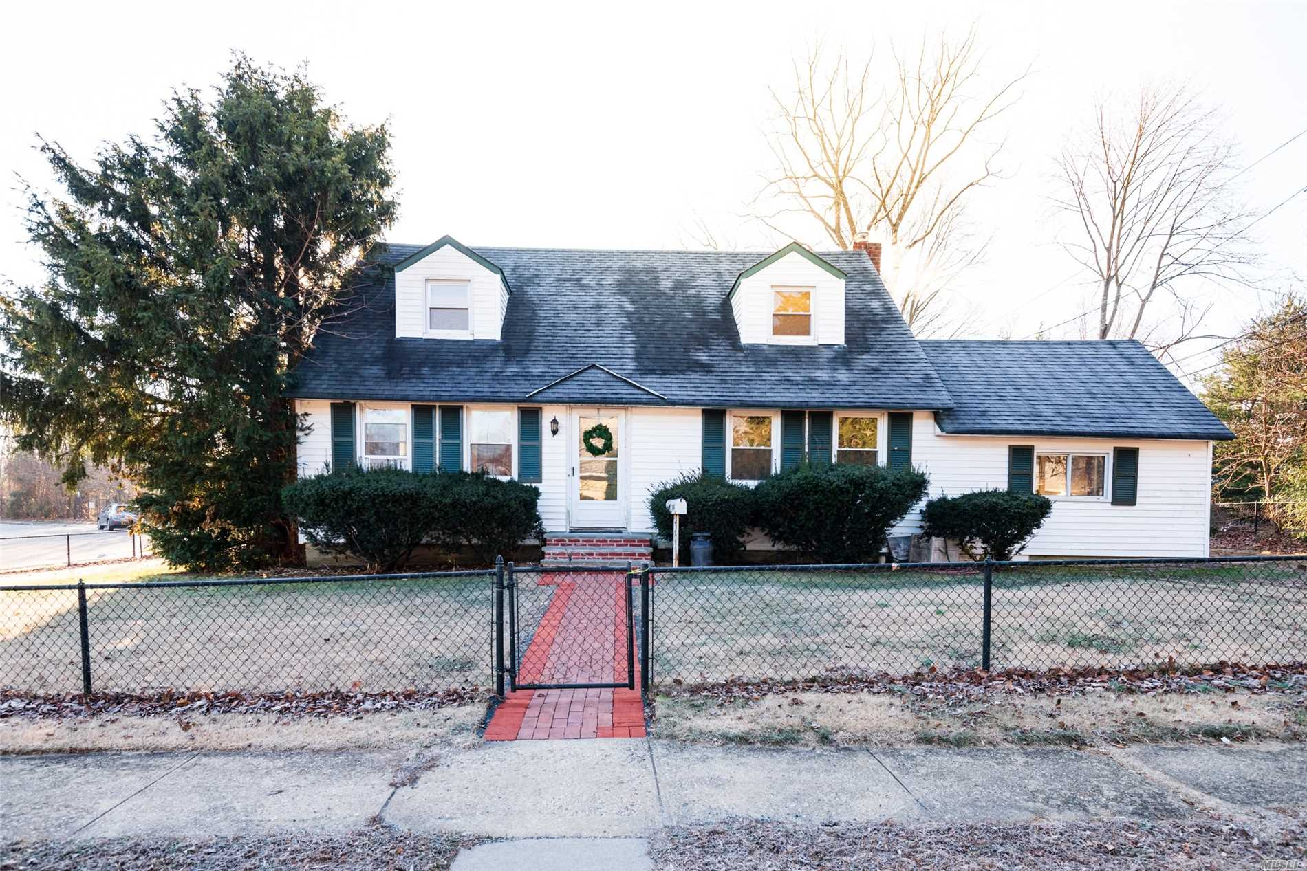 Great Cul-De-Sac Location & Easy Access. Cozy And Private House Features 3- Bedrooms, 2- Full Bath, Oversized Kitchen With Vaulted Ceilings & Slider Going To Backyard. Fully Finished Basement Perfect For Play Room Or Gym. Driveway For Parking! Come & See! Won't Last Long!