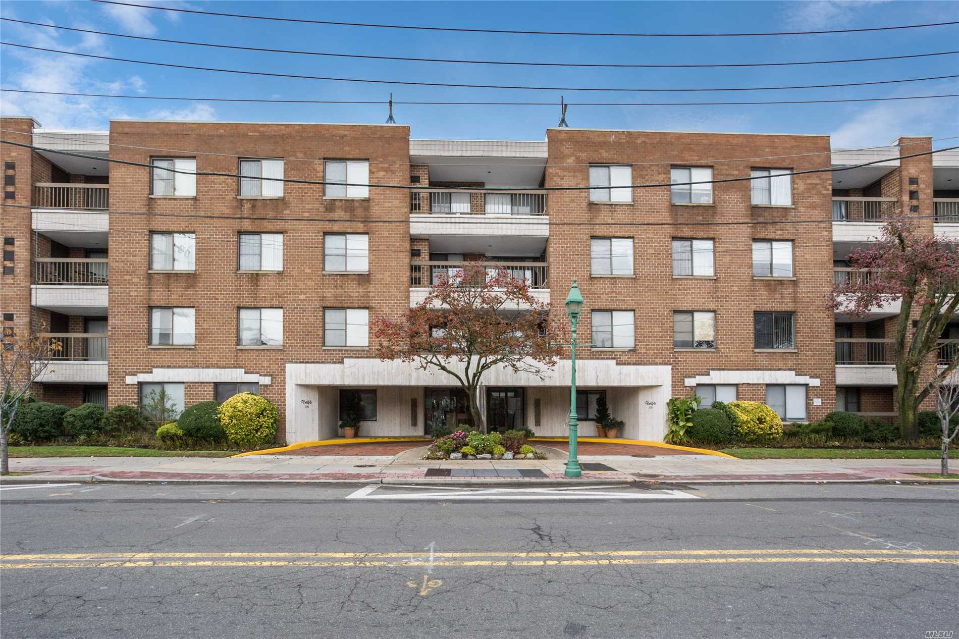 Mve Right In To This Sun Filled Aprtmnt. Quiet Oversized Terrce Faces The Rear. Abundance Of Closets. Open Plan Kitchen. Excptionlly Well Maintained. Luxury Bldg, With Sky Lit Atrium, 24Hr Drman And Livein Super. Drct Acss To 2 U/Ground Secure Pkng Spots. Wshr&Dryer In Aptmnt. Social Rm And Gym For Use By All Tenants. Close To Hses Of Wrshp, Trasptn, Dining, Shopping Etc.