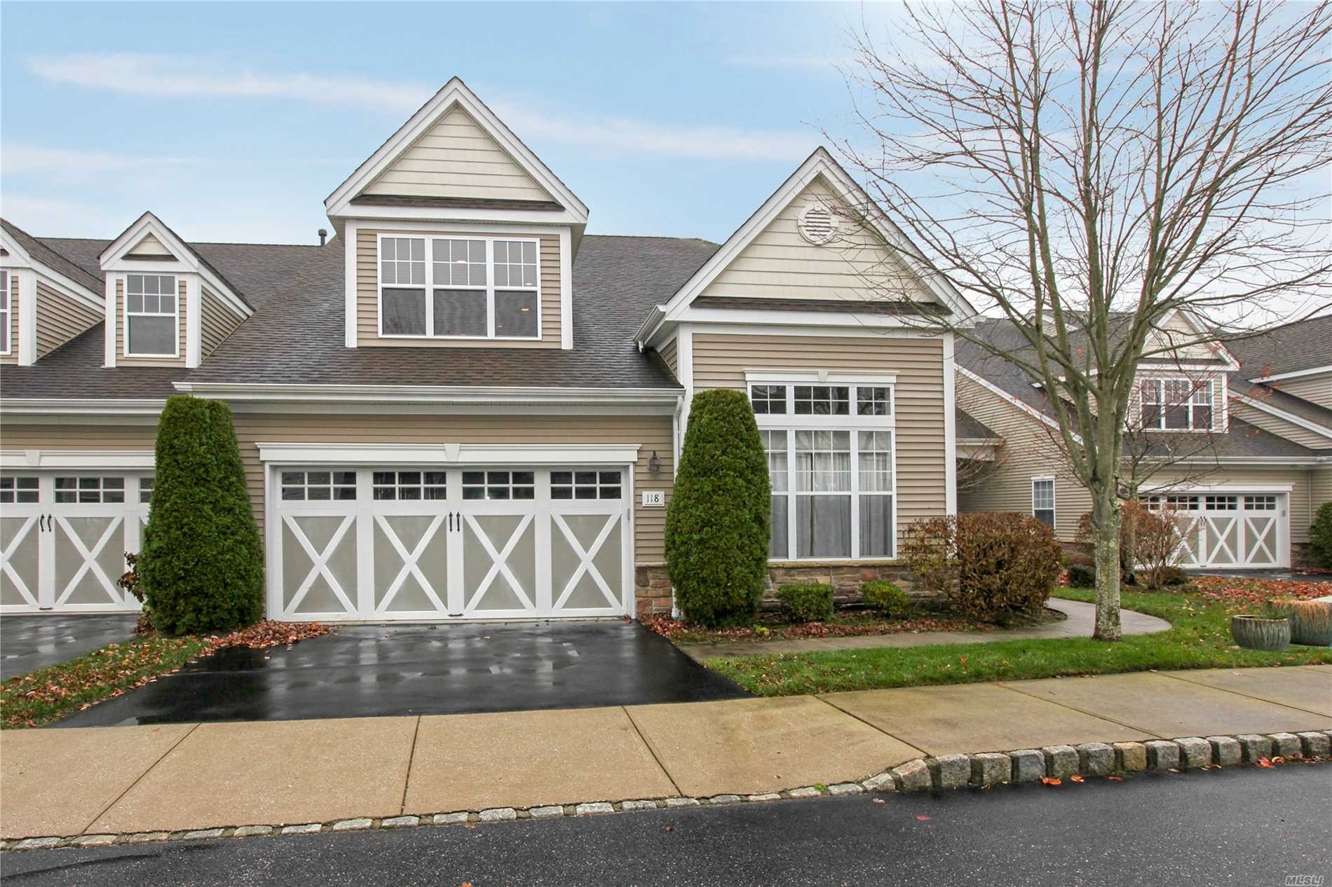 Hamptons Living W/O The Pricetag! Beautiful Cherry Eik W/ Double Wall Oven! Sunlit Breakfast Nook Overlooks One Of The Most Private Yards In The Development With Beautiful Custom Gardens And A Paver Patio! Relax And Unwind In Your King+ Mbr Suite With A Huge Wic And Beautiful Mster Bth! Entertain In Your Open Plan Living Room With Soaring 18' Ceilings! You Can Host Your Entire Family In The Large Fdr! Upstairs Is A Tremendous Loft Space With A Huge Wic And Storage Rm. 15 Min To West Hampton!