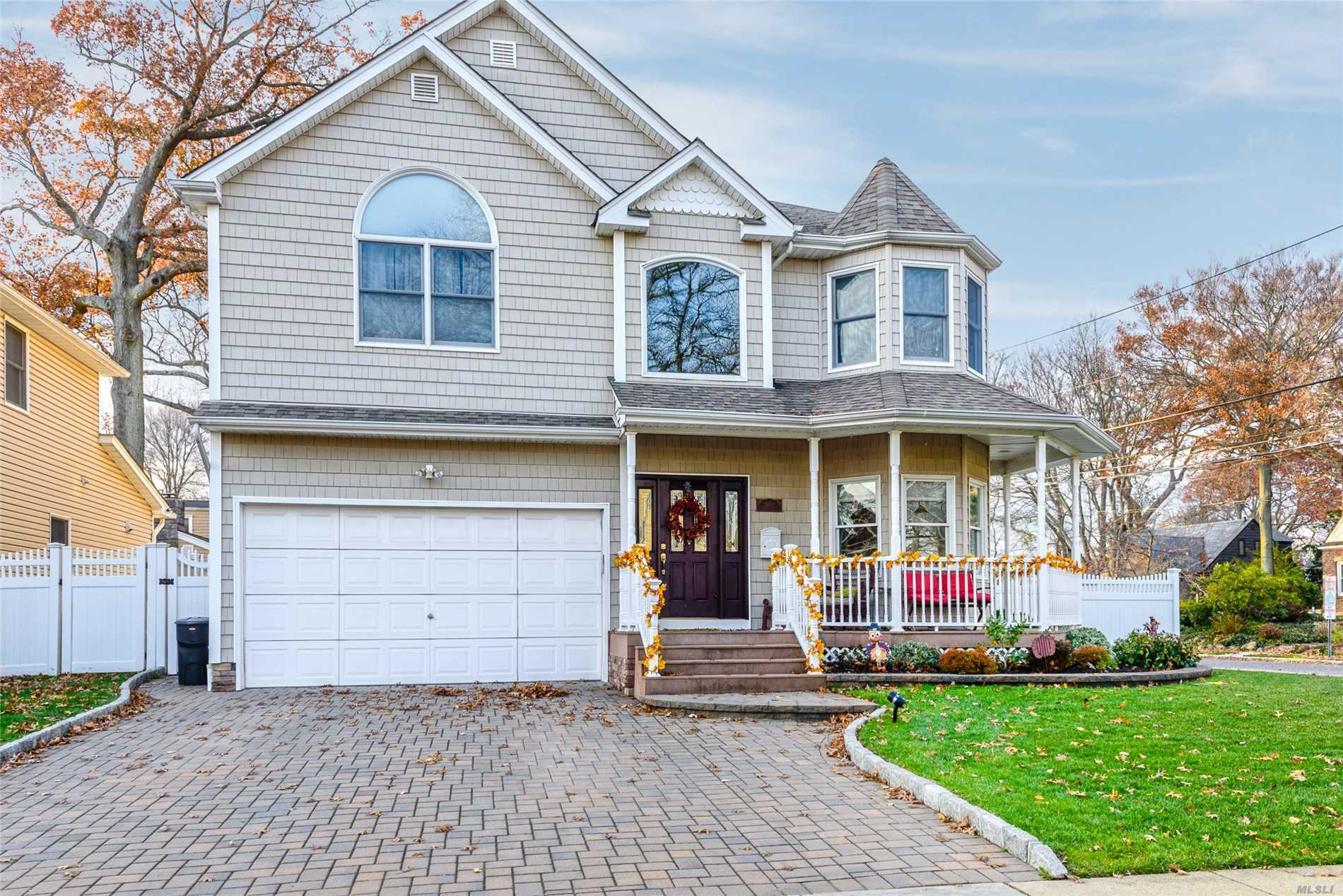 Wantagh.Young Colonial, 2 Story Entrance, Eik W/ Center Island, Stainless Steel Appliances. Bay Windows, Den W/ Fireplace. 4 Large Bed Rooms, 2 Full Baths. Many Closets. Large Property, Great Location, 2 Blocks From Train, Near Parkways, Shopping, Restaurants. Great For Entertaining And Relaxing.