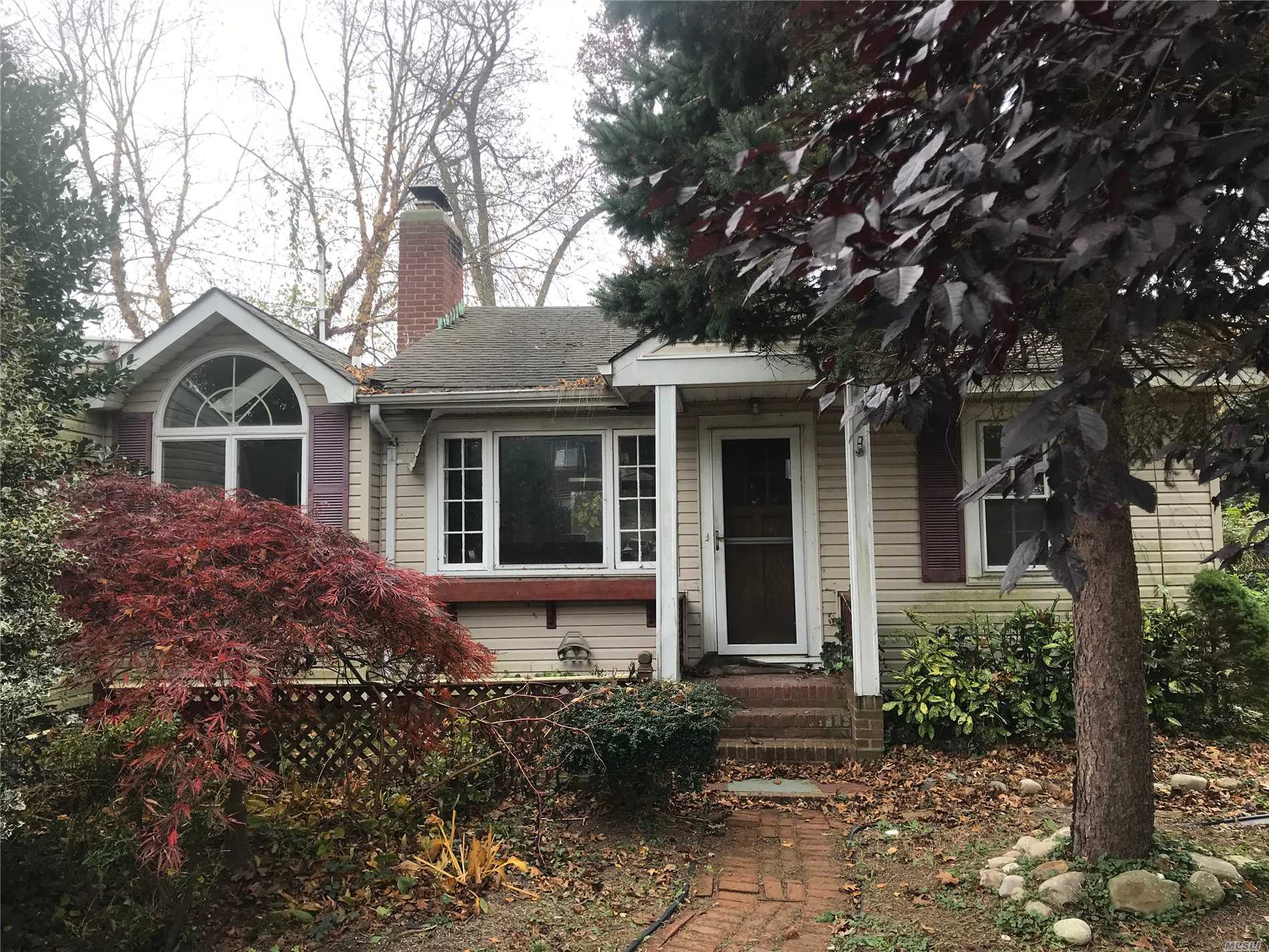 Wide Line Ranch, 4 Bedrooms, 2 Full Baths, Large Lr/Fpl, Dr, Kitchen, Sunroom/Jacucci, Utility Rm, Part Basement. Located On Level Lot And Quiet Street. Close To Transportation, Shopping, Town Parks And North Shore Beaches. Won't Last