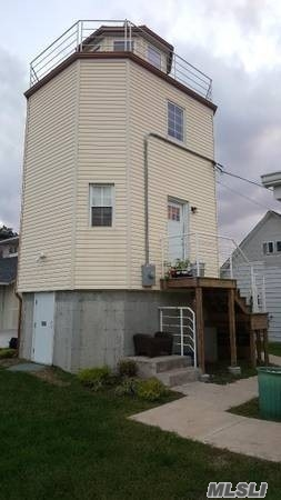 1 Bedroom Raised Little Light House With One Bathroom And Kitchen , Living Room With Central Ac & Heat, Huge Storage Space. Beautiful View To The Canal And 3 Minutes Away From Nautical Miles Walking, Park Across The Street And Local Business.Boats Are Welcome Up To 16 Foot Or Less.