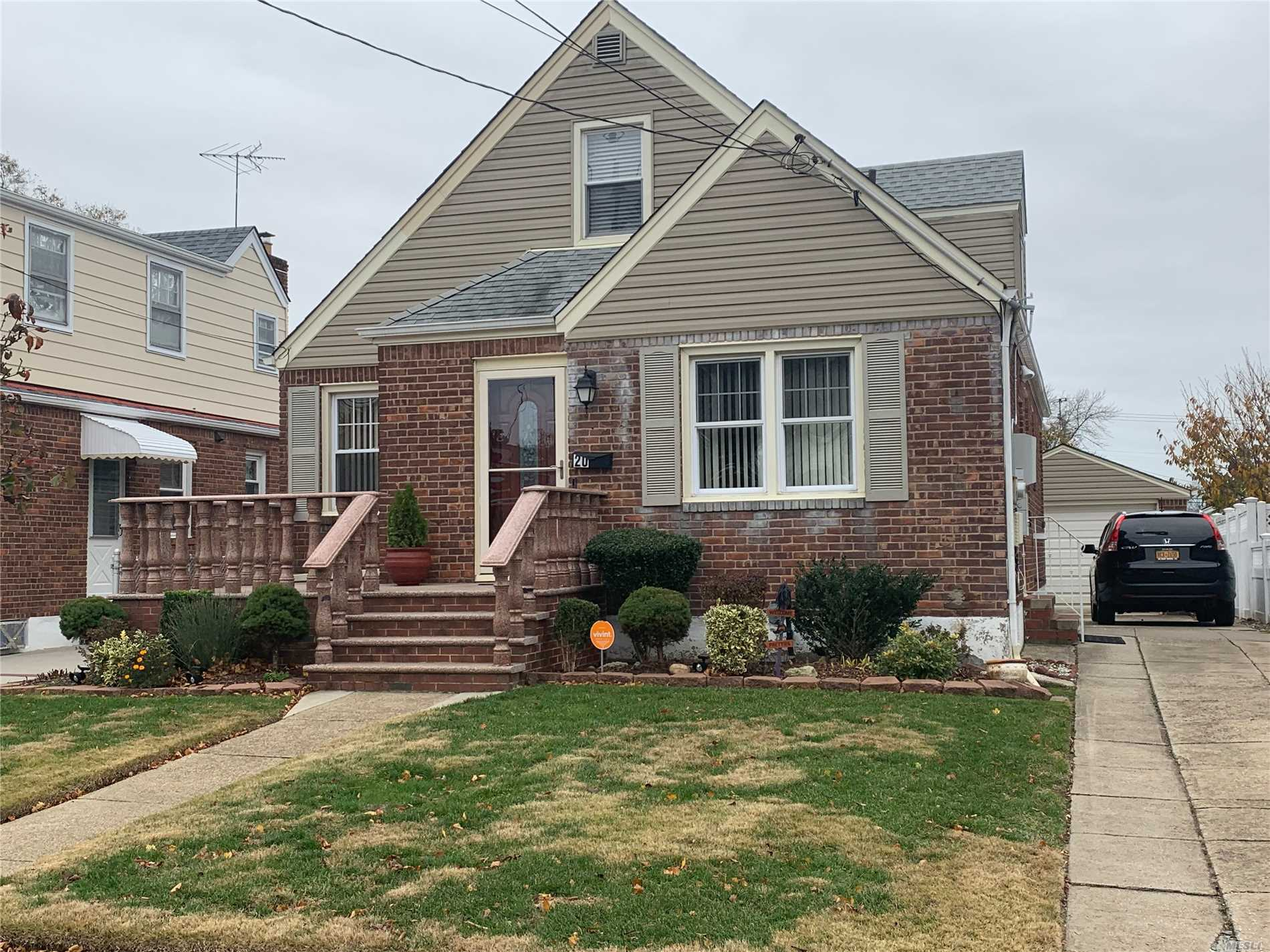 Beautiful Four Bedroom House. This Gorgeous House Is Ready For A New Owner. Centrally Located To All.